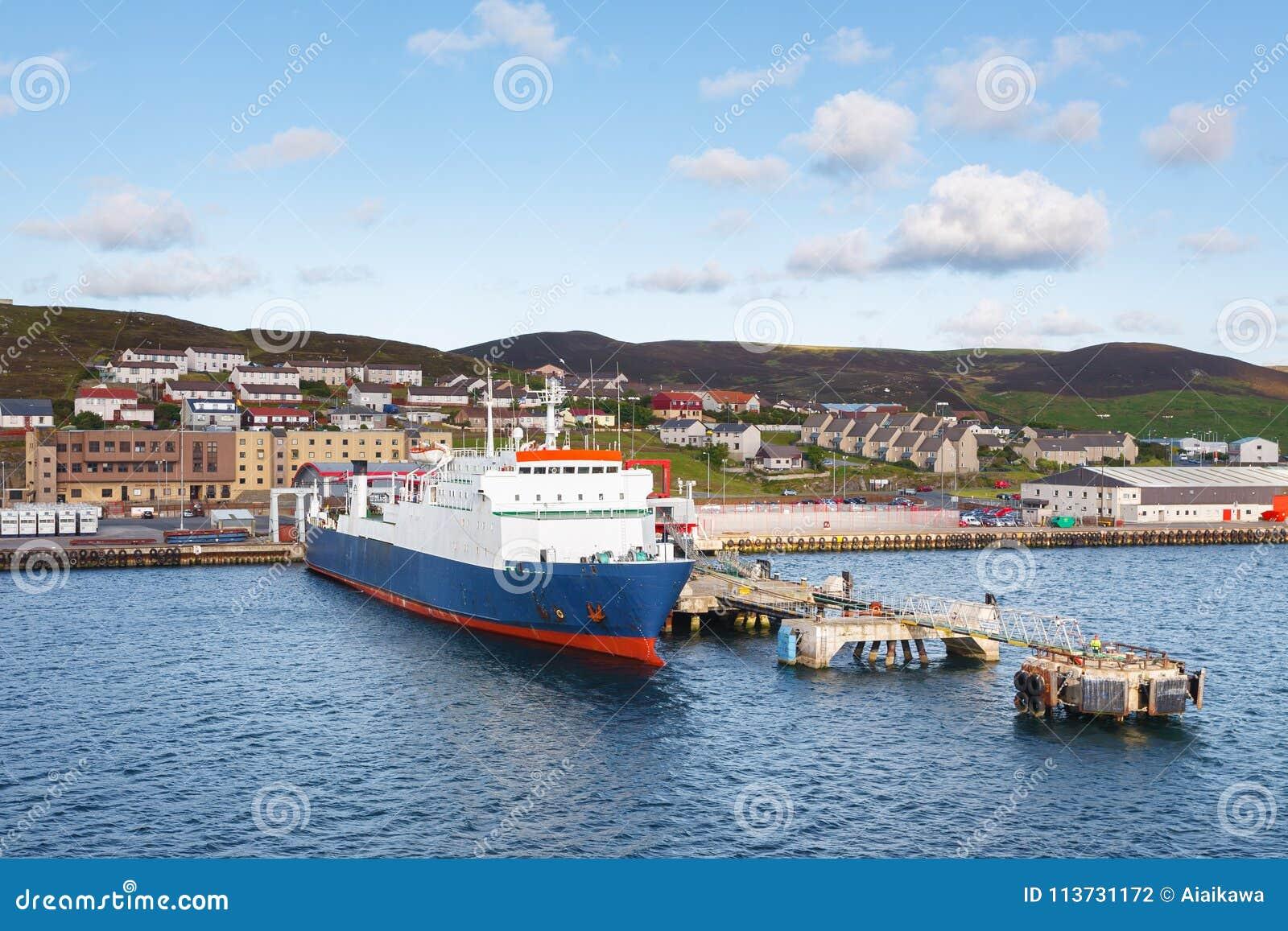 在Lerwick镇,舍德兰群岛运输在码头的运输相接