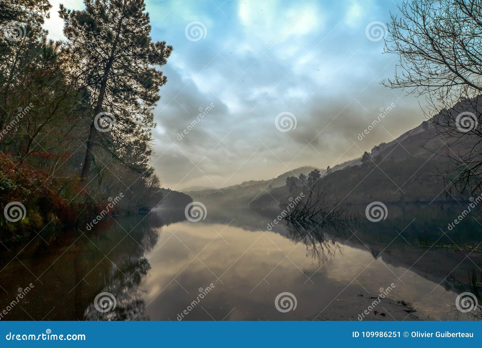 在Limia河的完善的反射