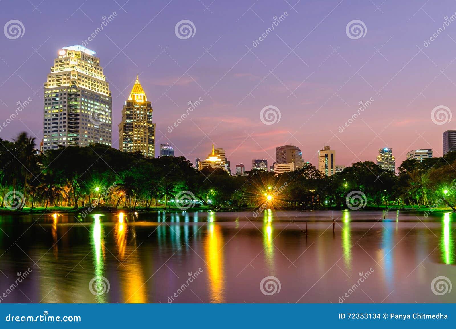 在Lumpini庭院的都市风景黄昏的
