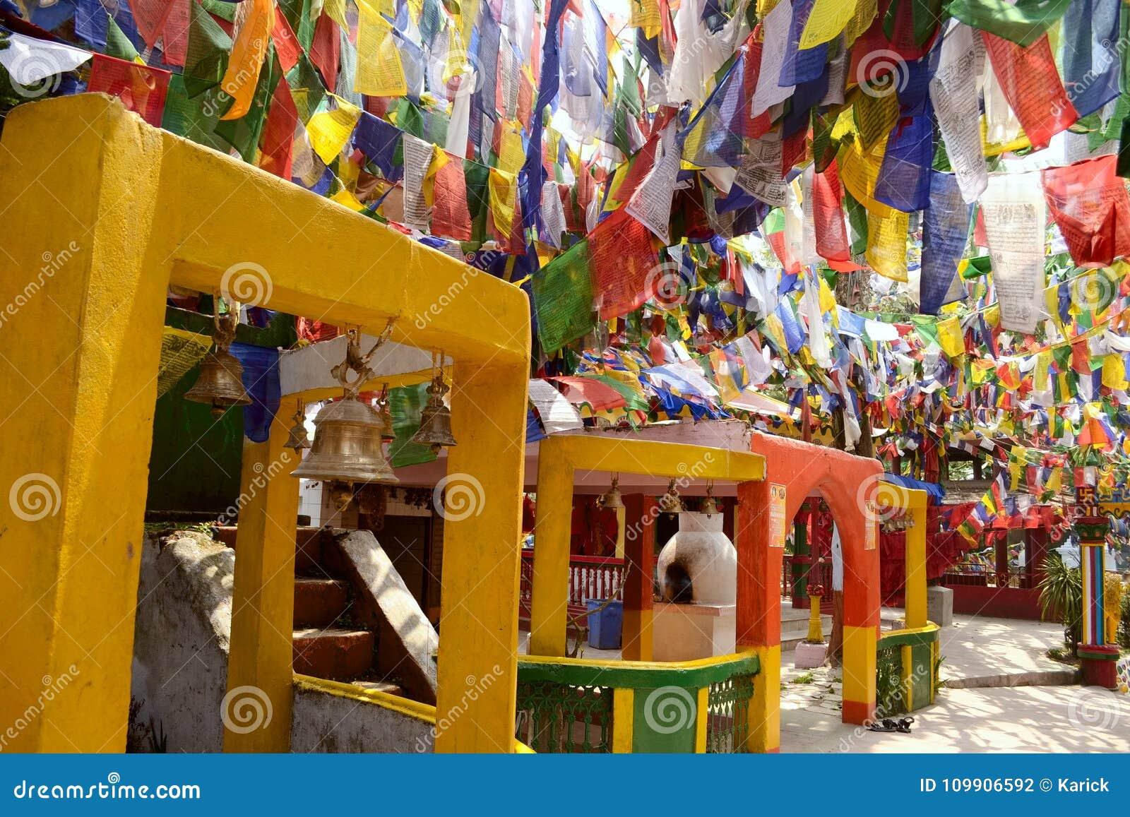 在Mahakal寺庙的五颜六色的佛教祷告旗子