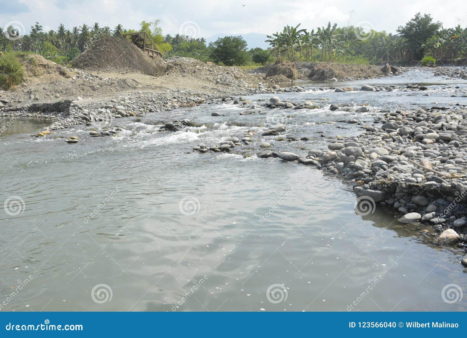 在Mal河床, Matanao,南达沃省,菲律宾的圣和石渣聚集体