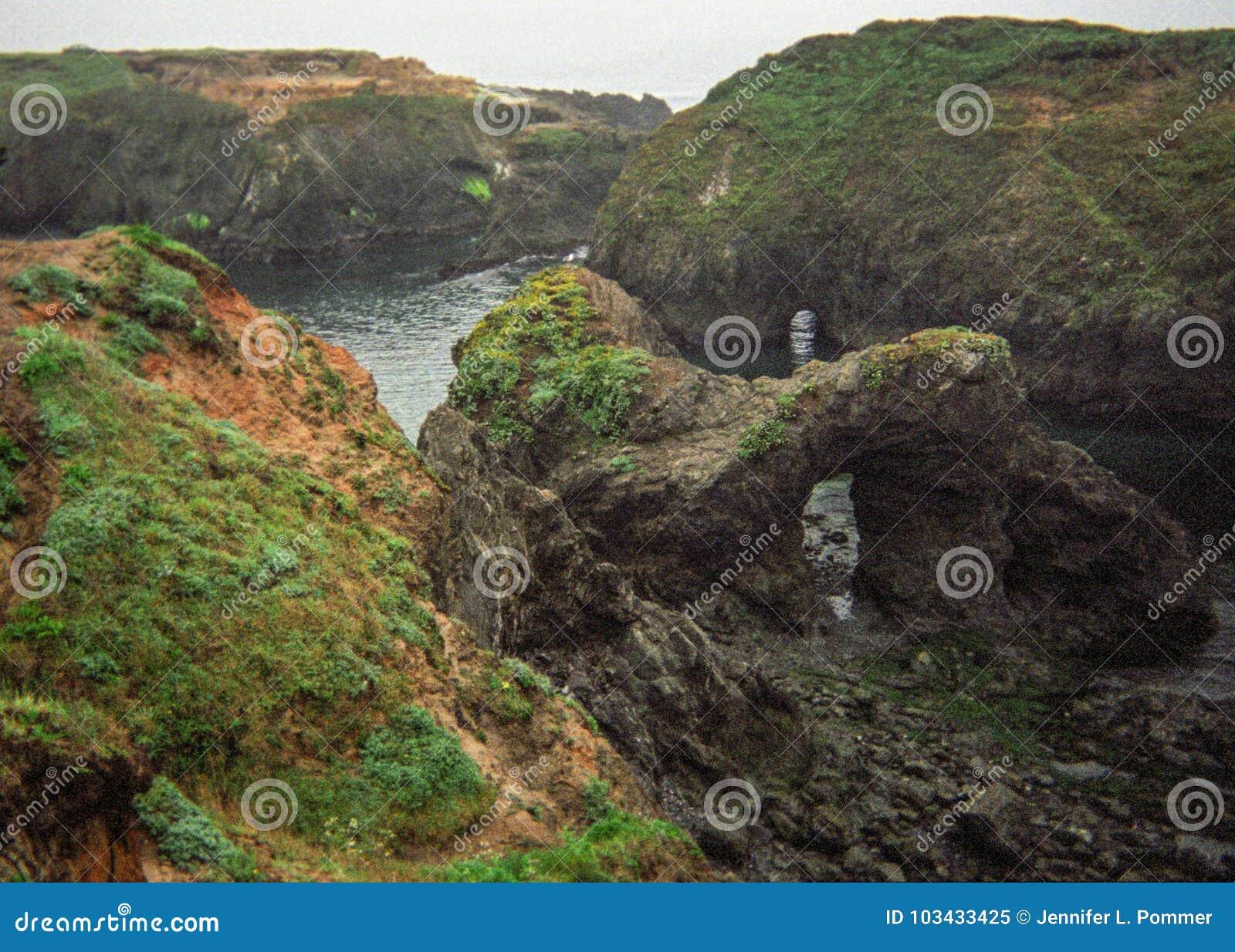 在Mendocino,加利福尼亚海岸的有趣的被腐蚀的岩层