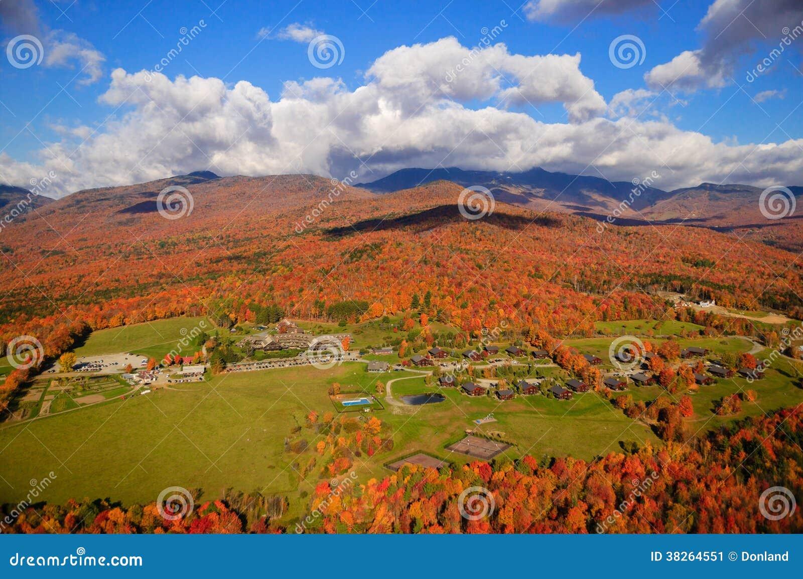 在Mt.曼斯菲尔德的秋叶在Stowe,佛蒙特,美国