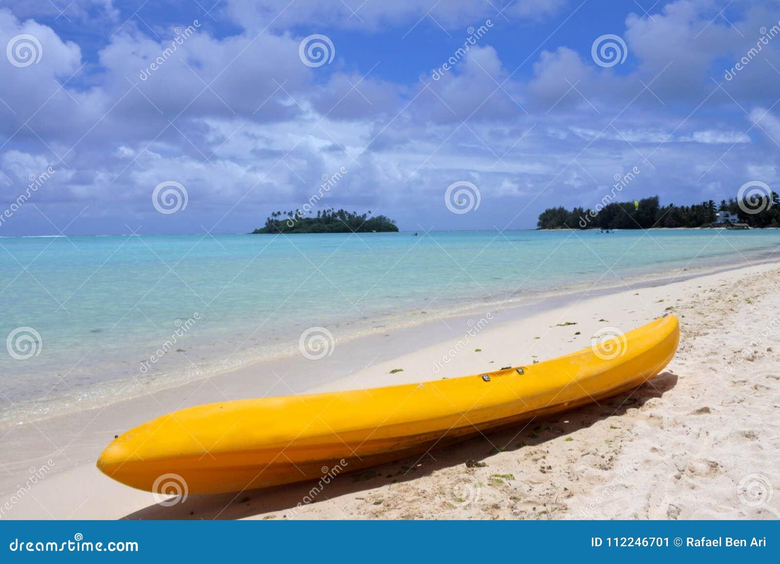 在Muri海滩盐水湖的黄色皮船在拉罗通加库克群岛