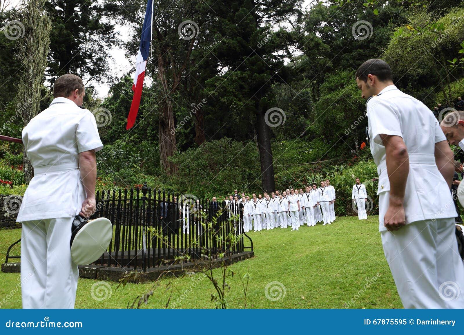 在Napoleons坟茔的英国皇家海军在圣赫勒拿海岛上