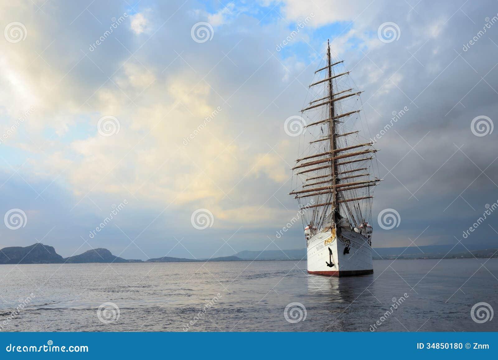 在navarino海湾希腊的豪华旗鱼海云彩编辑类图片