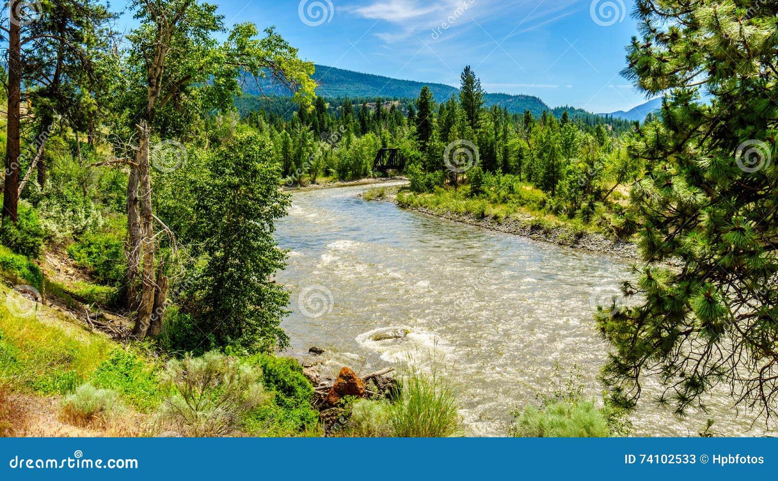 在Nicola河弯曲,它从梅里特镇流动到弗拉塞尔河在Spences桥梁镇