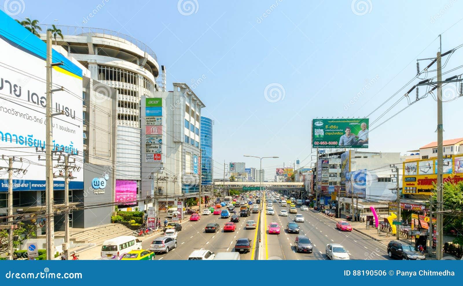 在Pantip Ngamwongwan Ngam越共苍白路前面的汽车通行