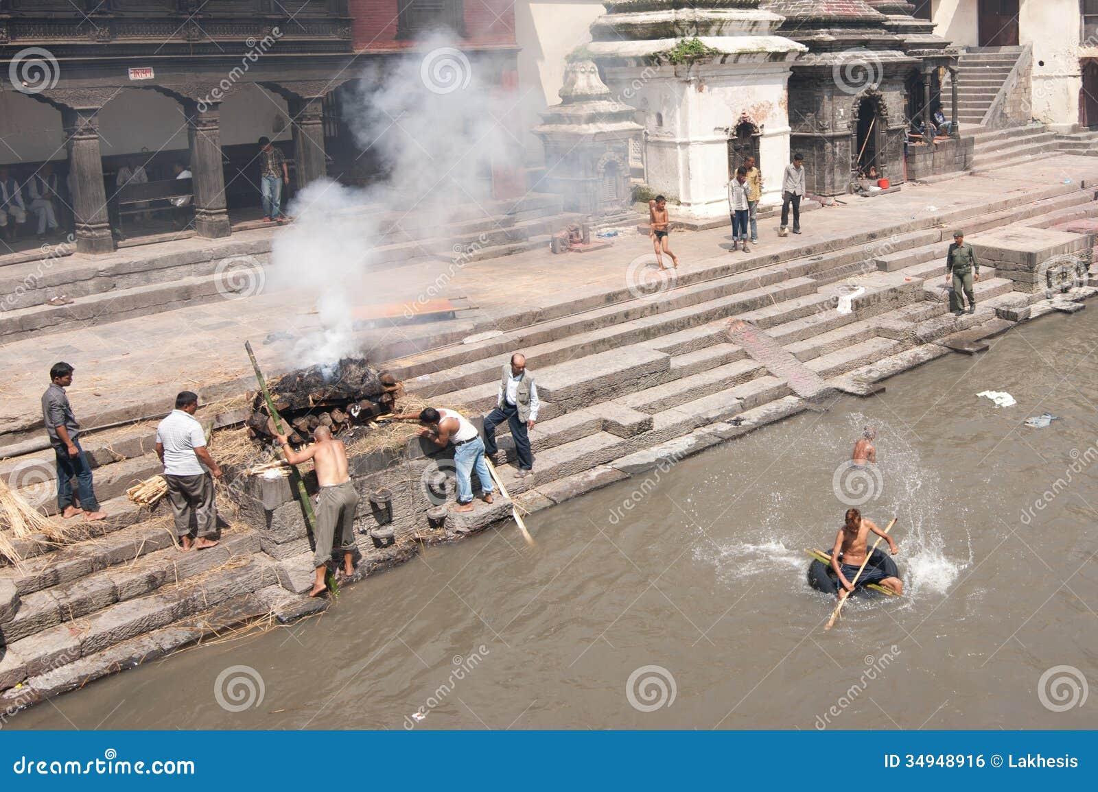 在Pashupatinath寺庙的火葬仪式。尼泊尔