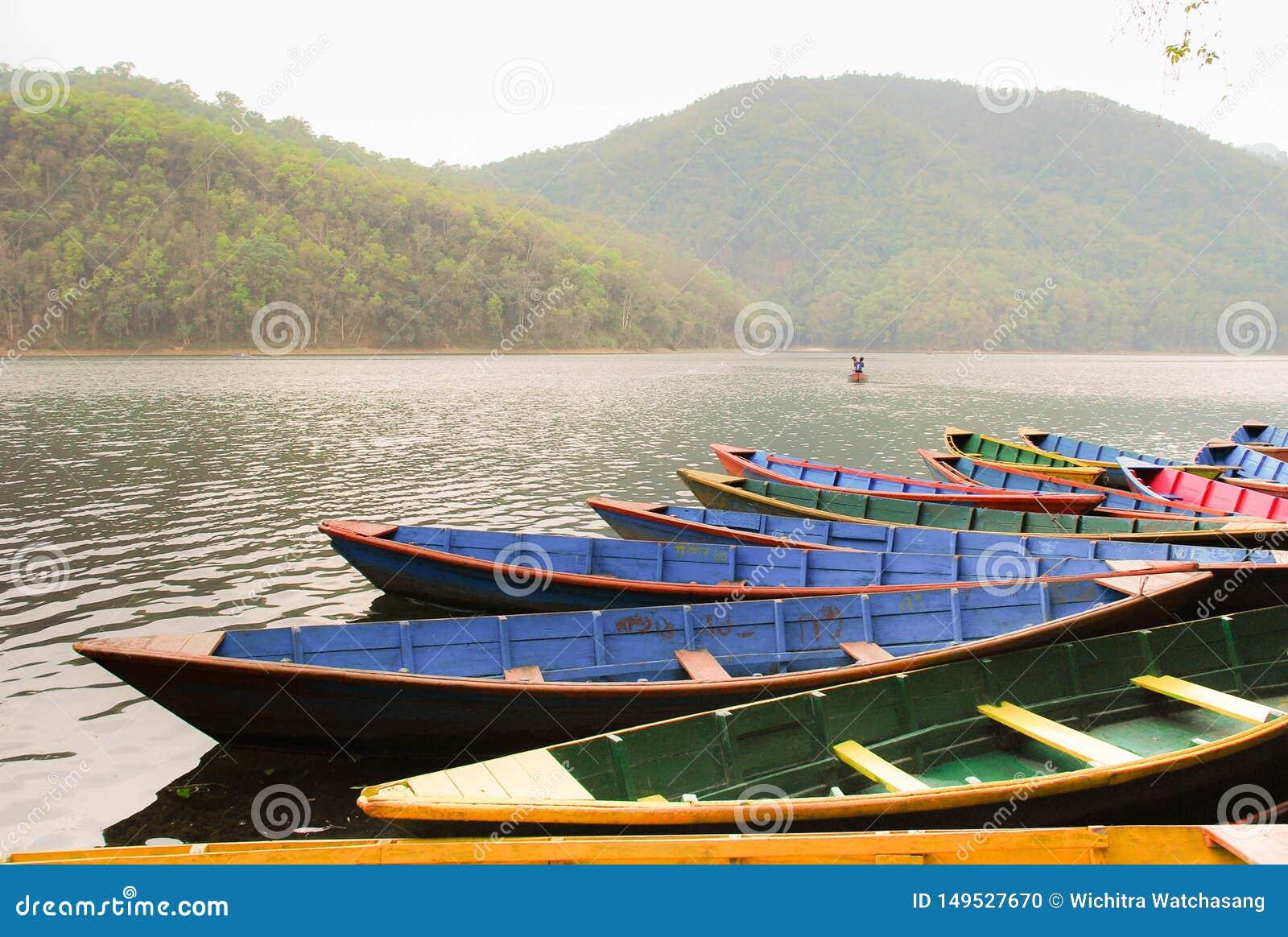 在Phewa湖附近的小船在博克拉,尼泊尔