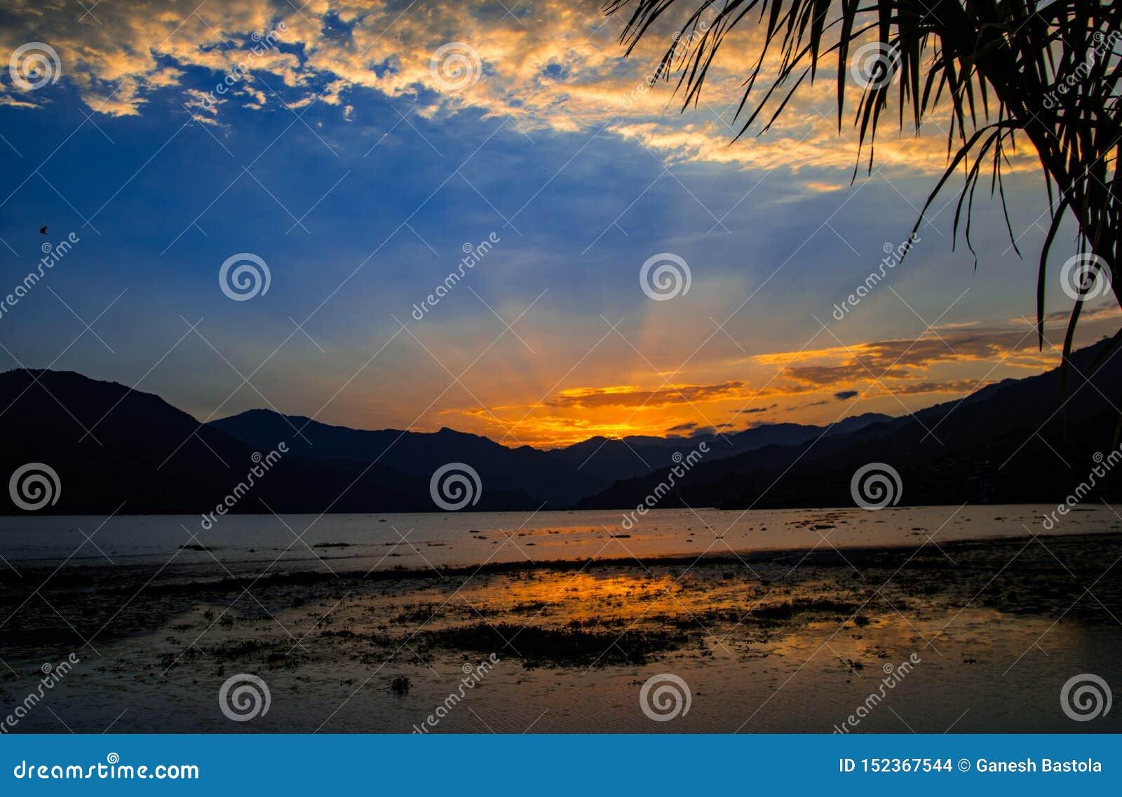 在Phewa湖,博克拉,尼泊尔的日落