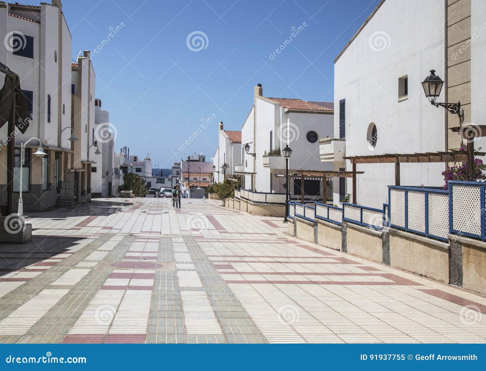 在Puerto de在大加那利岛的las Nieves的五颜六色的铺磁砖的大道,