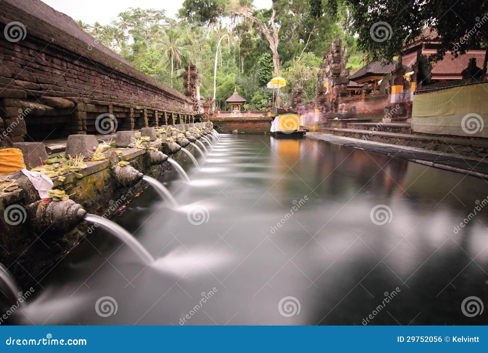 在Puru Tirtha Empul,巴厘岛的礼节沐浴的水池
