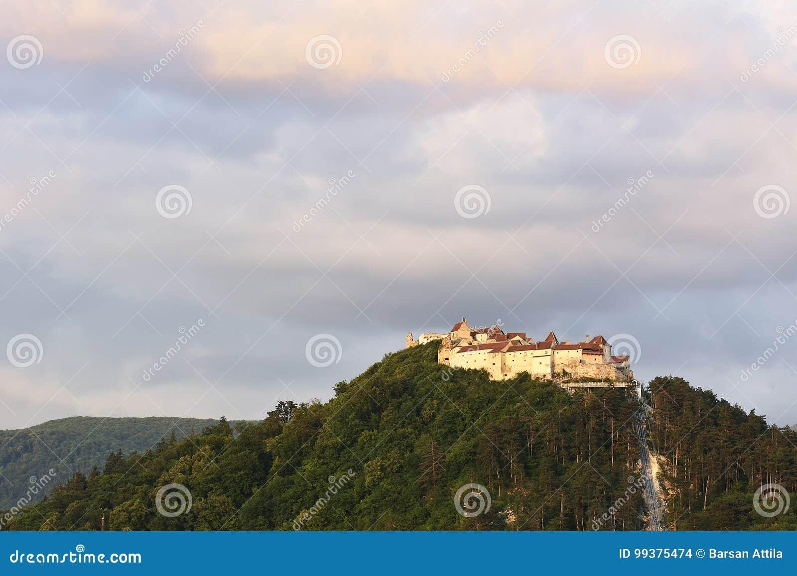 在Rasnov城堡罗马尼亚语的日落:Cetatea Rasnov,德语:Rosenauer城镇是一个历史的纪念碑和地标在罗马尼亚