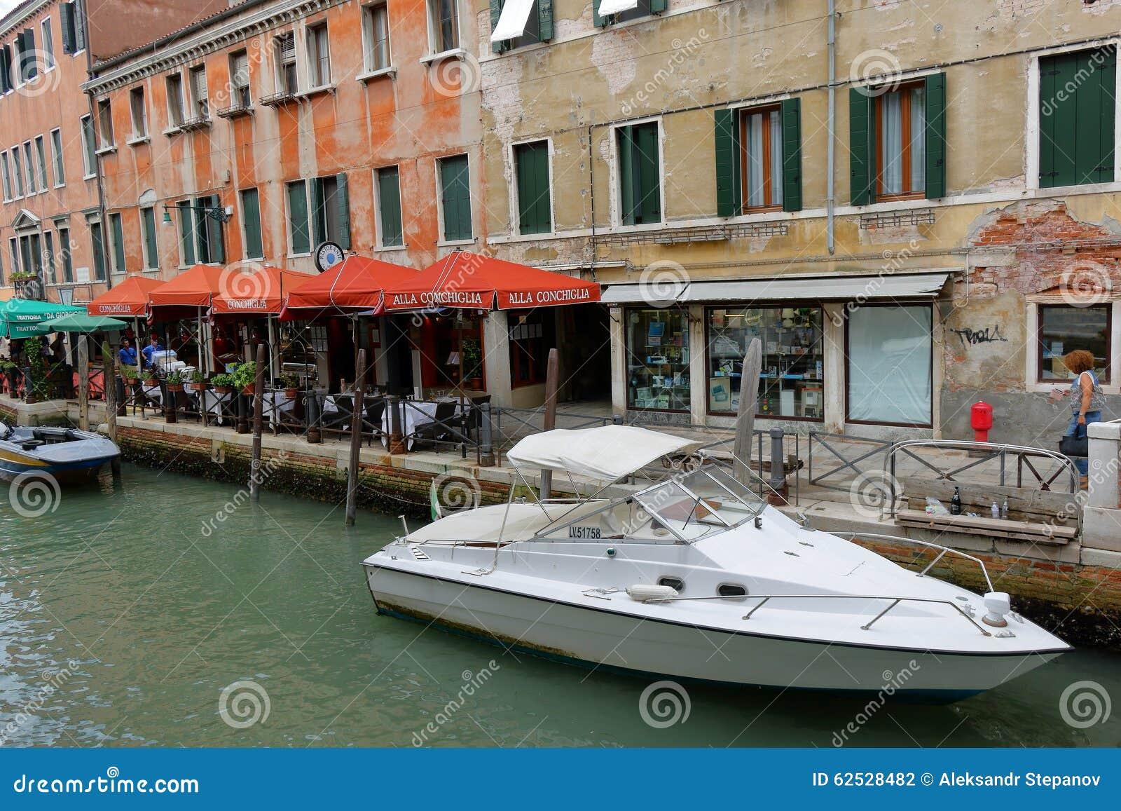 在ristorante Alla Conchiglia在威尼斯, Ital附近的白色汽船