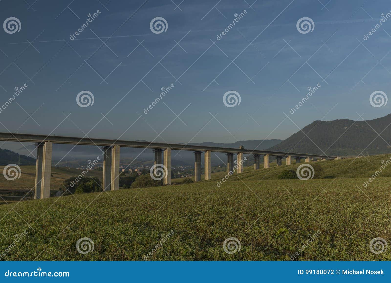 在Ruzomberok镇附近的看法有高速公路桥梁的