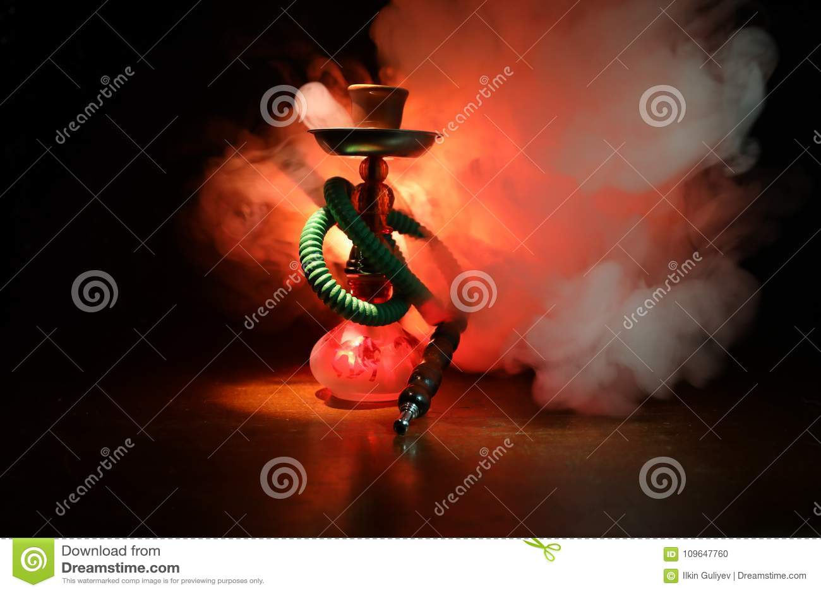 在shisha的水烟筒热的煤炭滚保龄球有黑背景 时髦的东方shisha Shisha概念 选择聚焦
