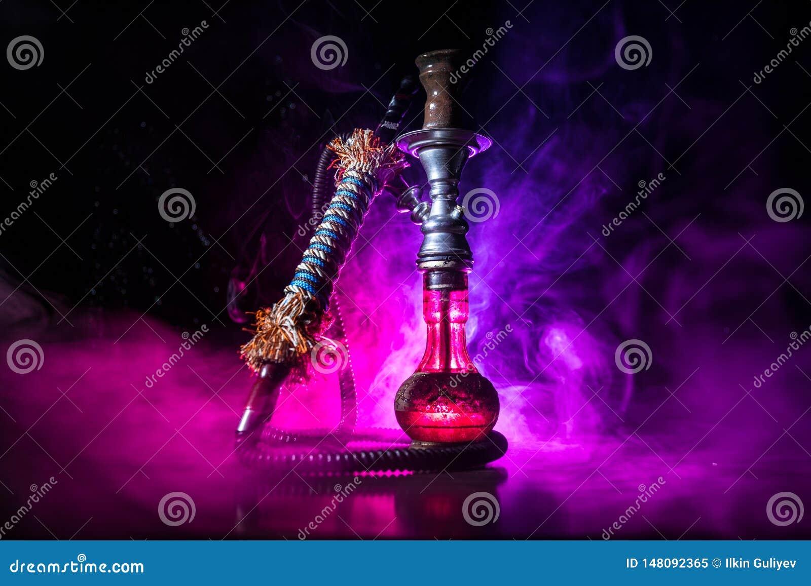 在shisha碗的水烟筒热的煤炭在黑暗的有雾的背景 时髦的东方shisha