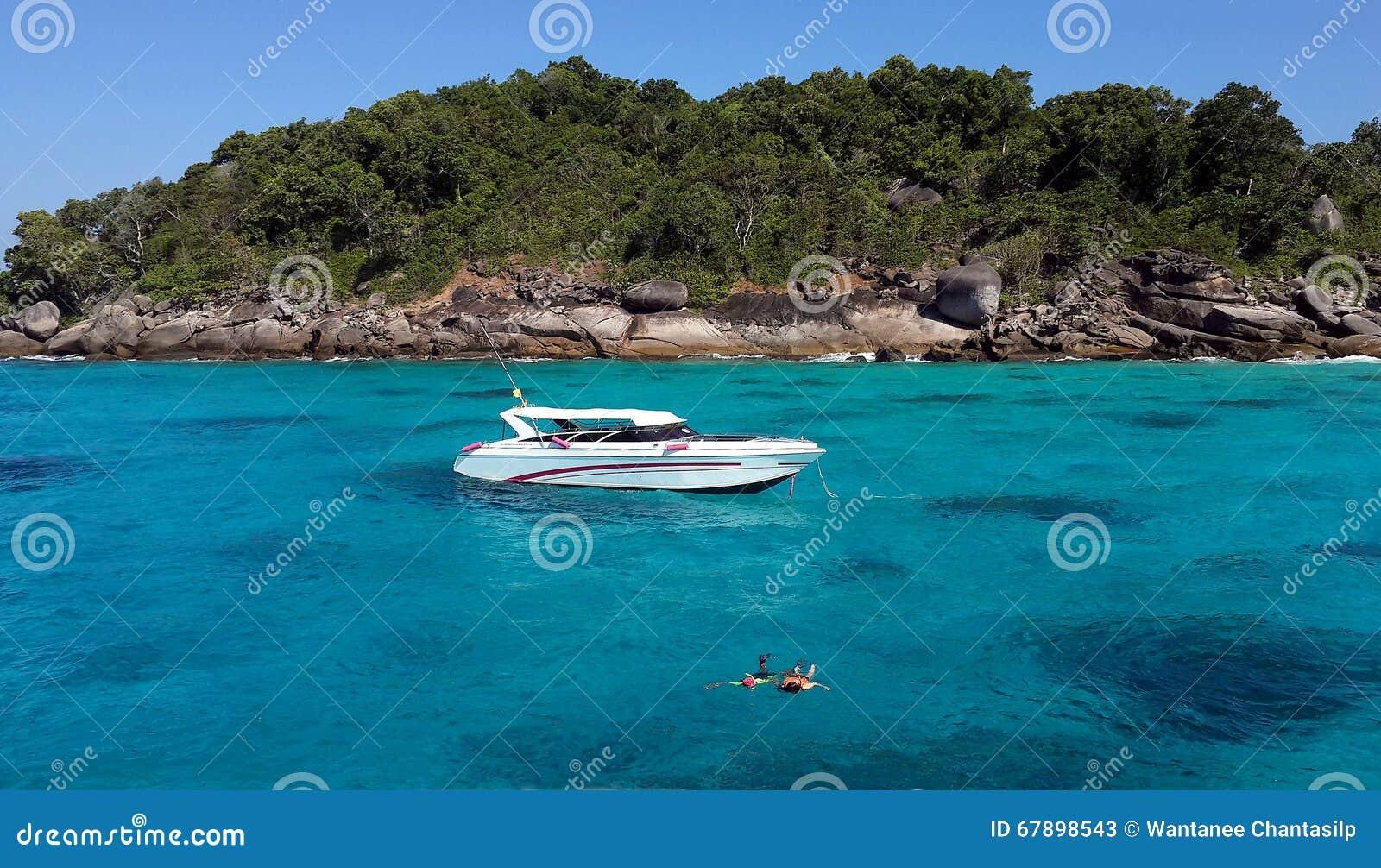 在Similan海岛结合潜航用清楚的水