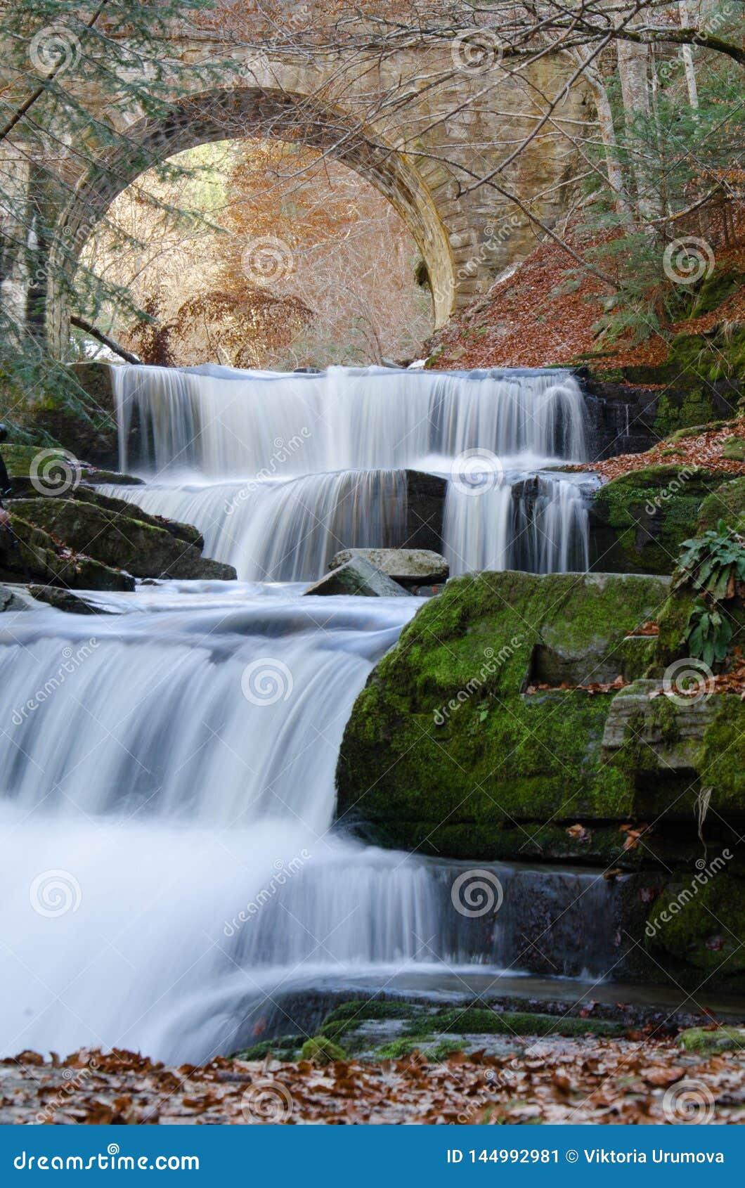 在Sitovo村庄,普罗夫迪夫,保加利亚附近的美丽的瀑布