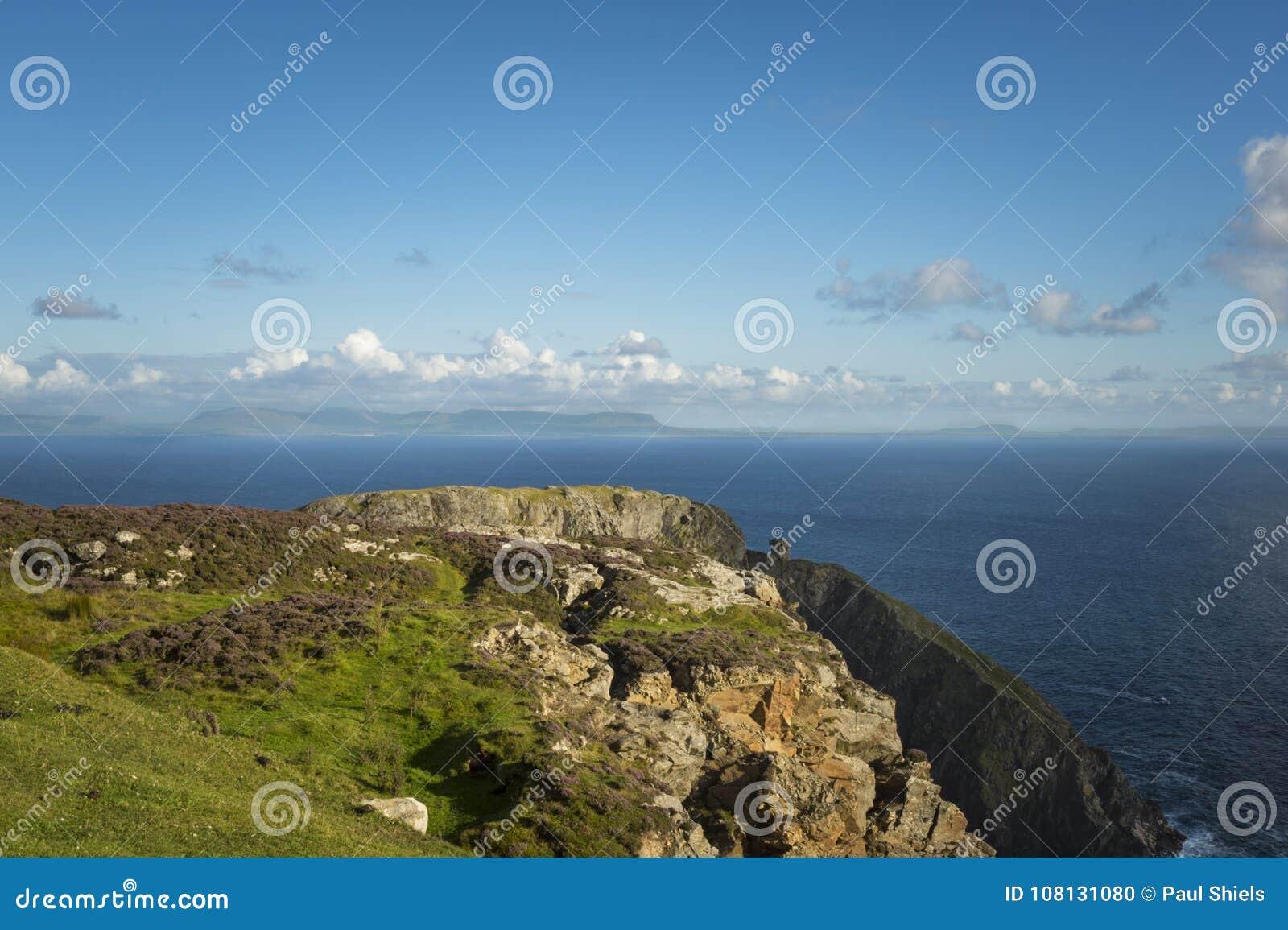 在Sliabh Liag, Co的峭壁 Donegal在一个晴天