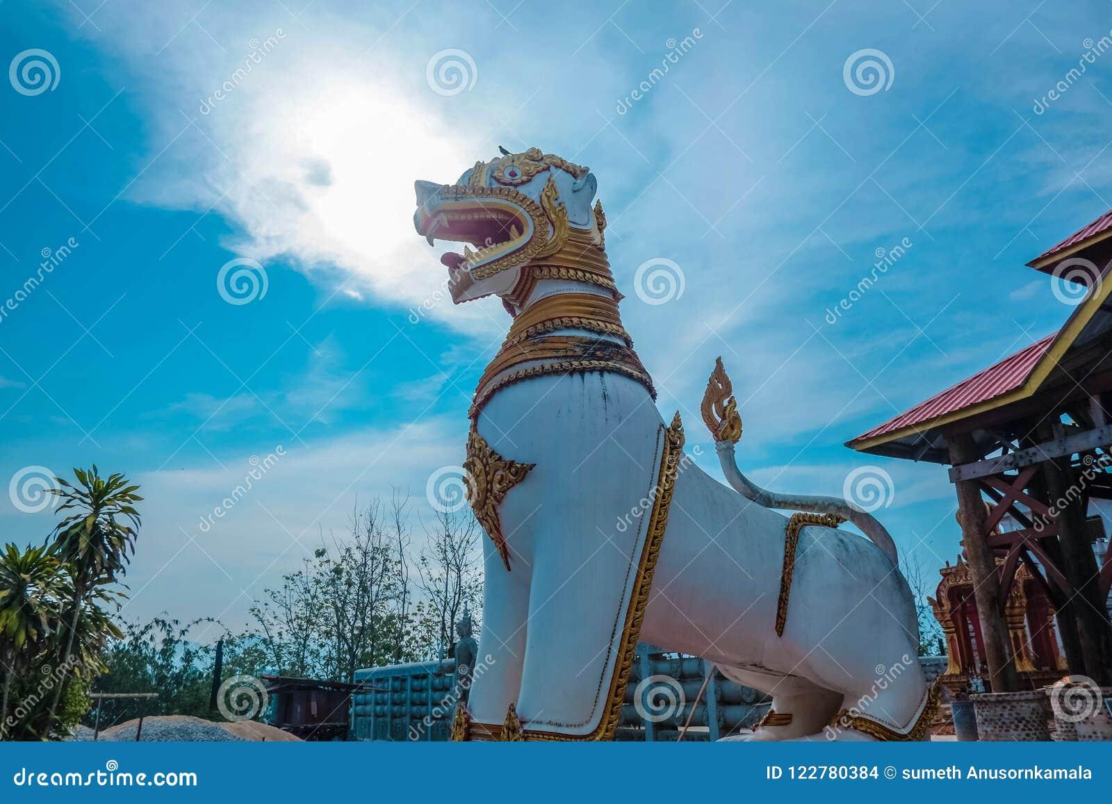 在Stupa的狮子雕象在kanchan菩提伽耶Sangkhla Buri的区