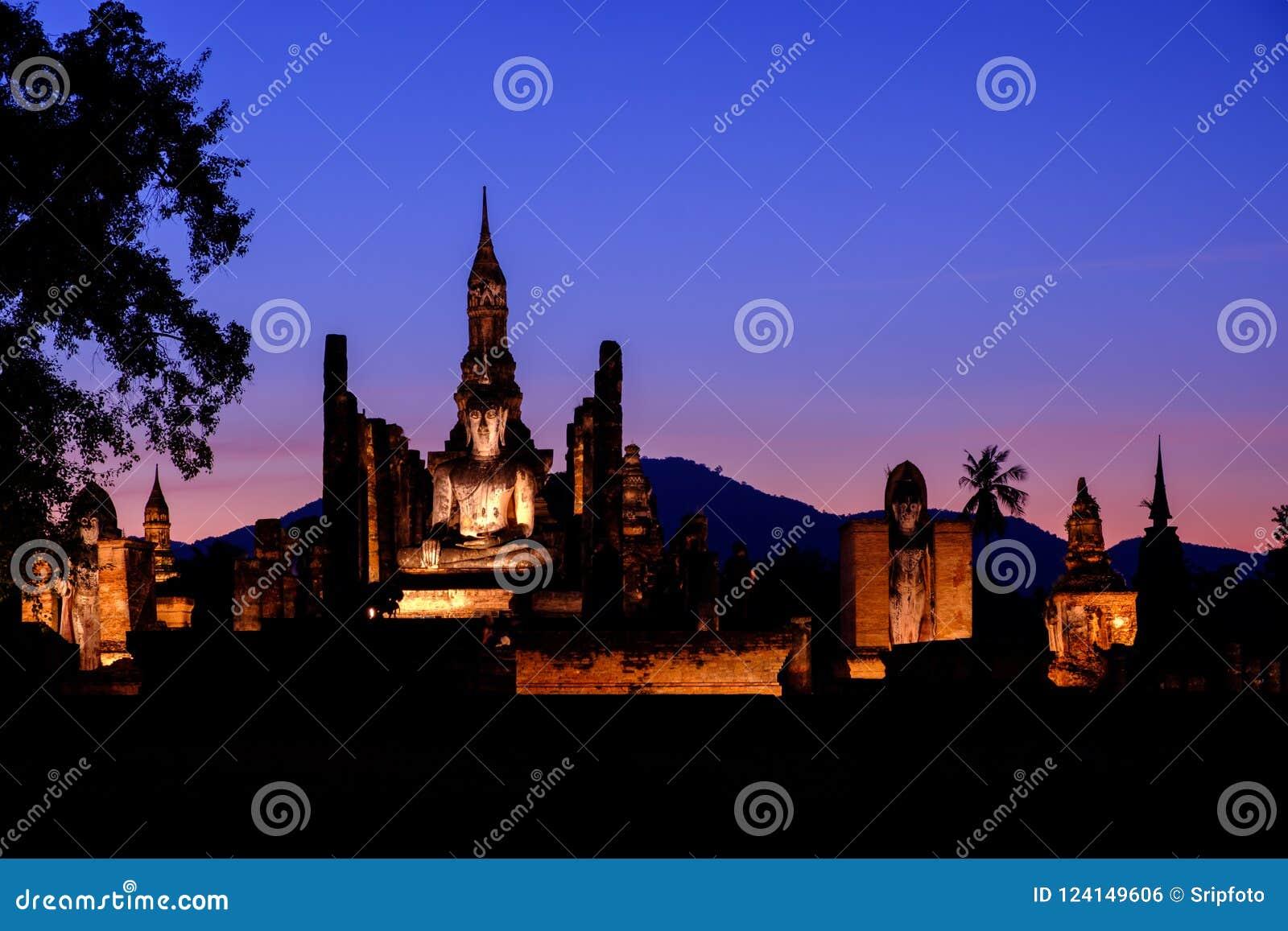 在Sukhothai历史公园, Sukhoth使晚上微明环境美化