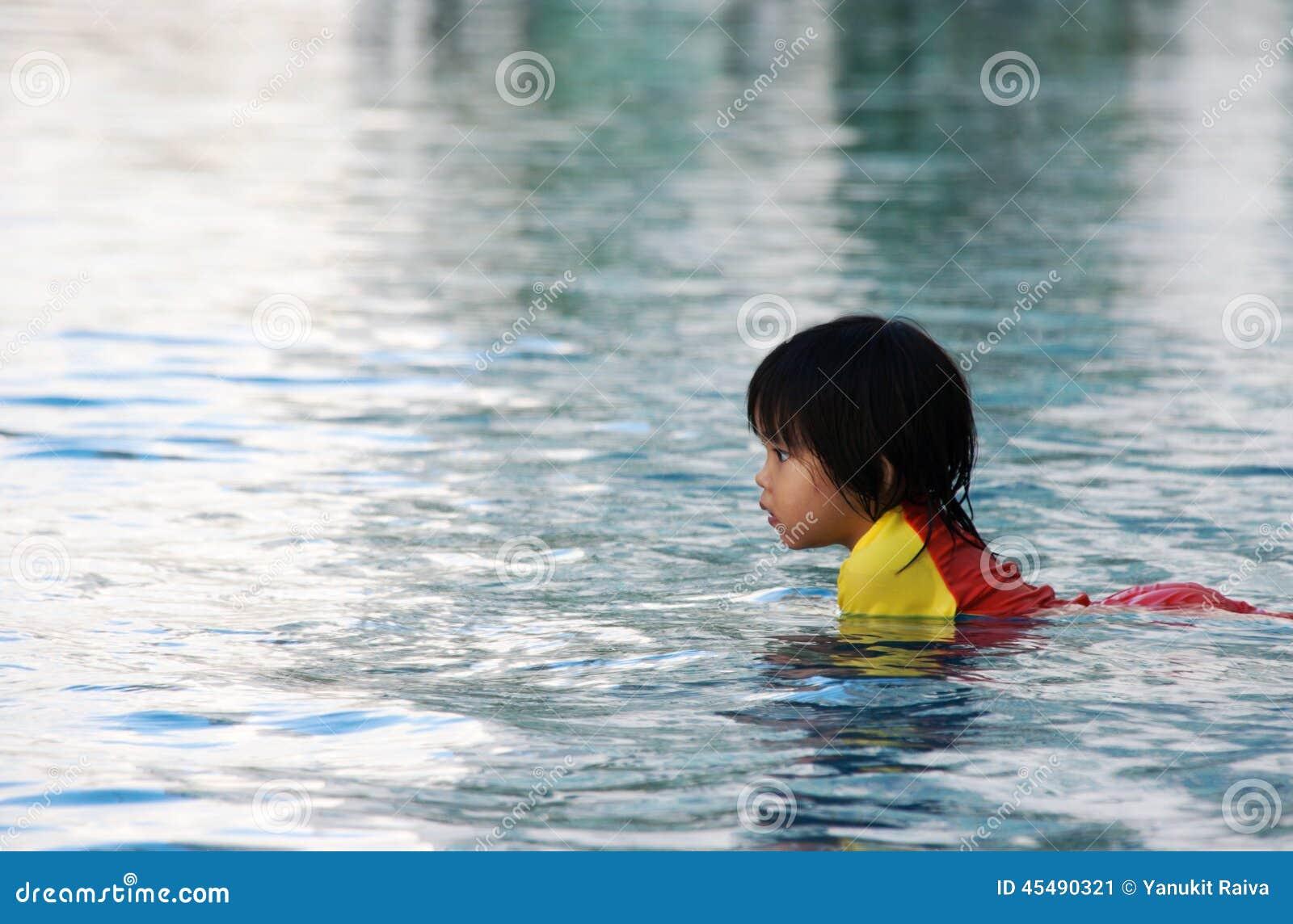 在swimimg水池的儿童游戏onwater