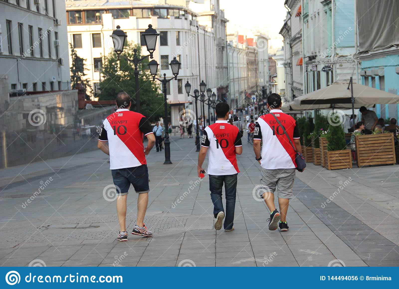 在T恤杉的三足球迷有题字埃及和第的十