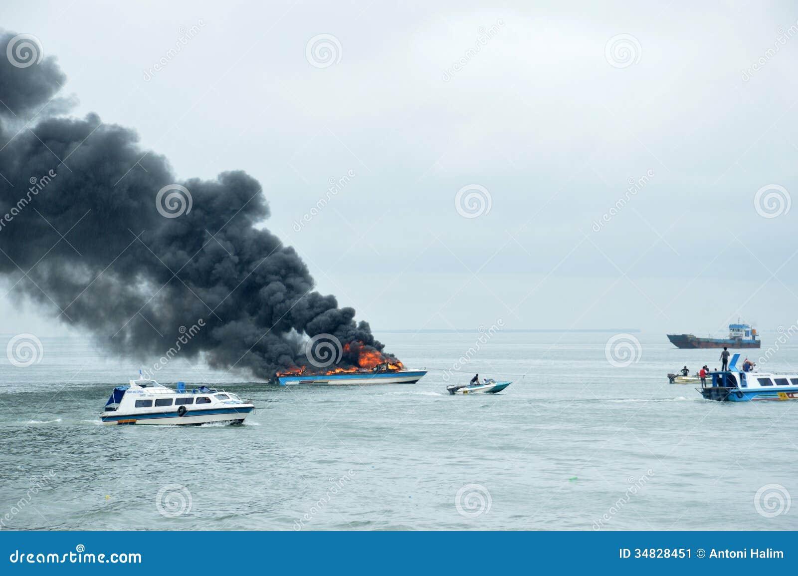 在Tarakan,印度尼西亚加速在火的小船