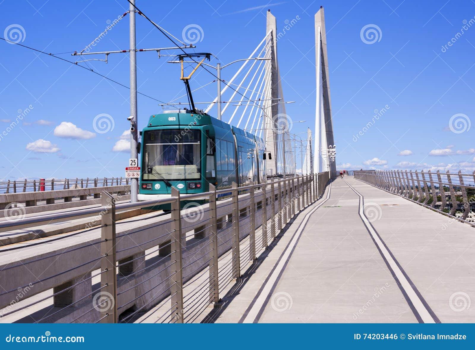在Tilikum横穿的路面电车在波特兰