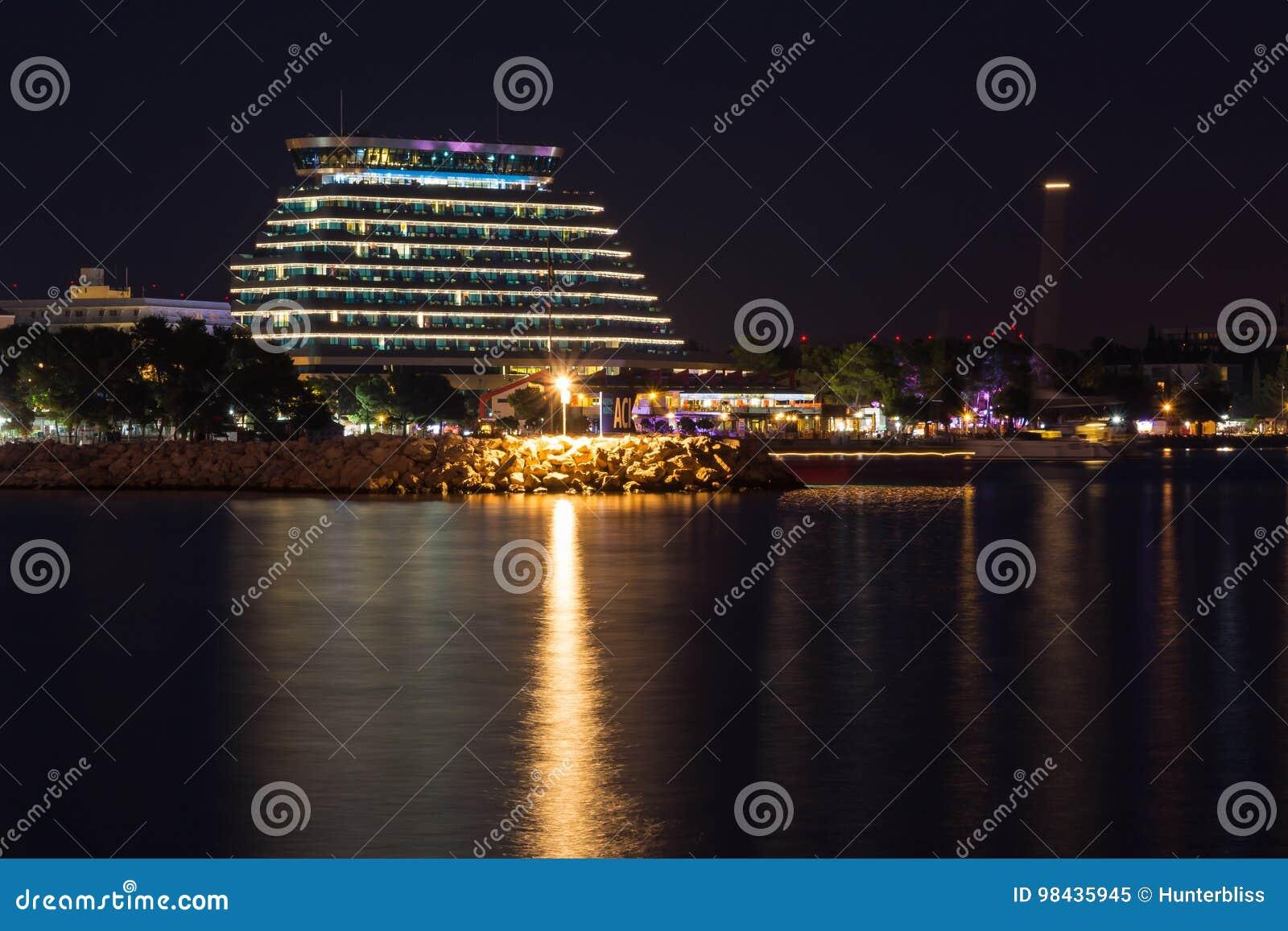 在Vodice反射在暮色水夏天Tr的克罗地亚附近的旅馆