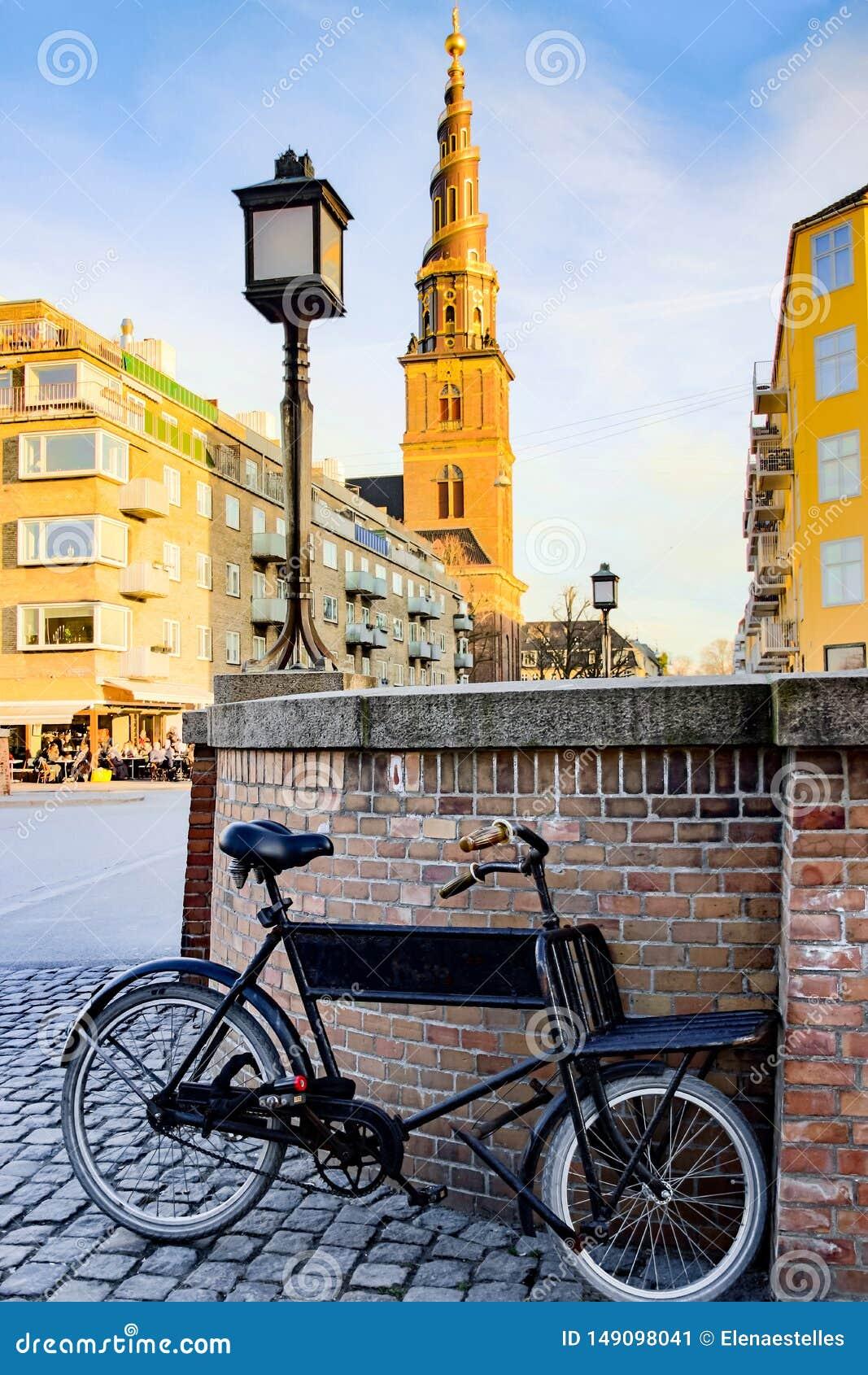 在Vor Frelsers Kirke前面的老黑自行车
