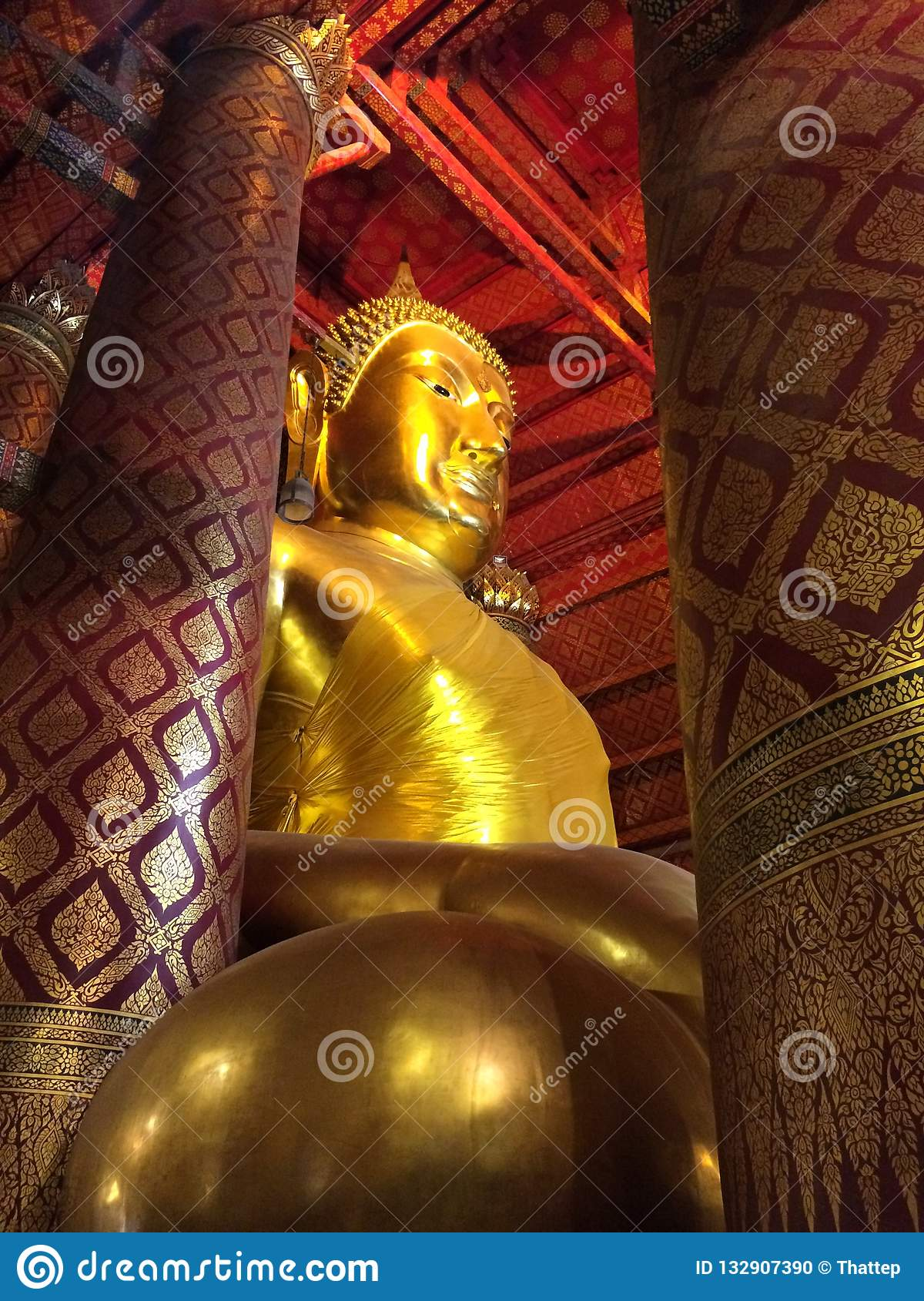 在Wat Phanan Choeng寺庙的大菩萨雕象