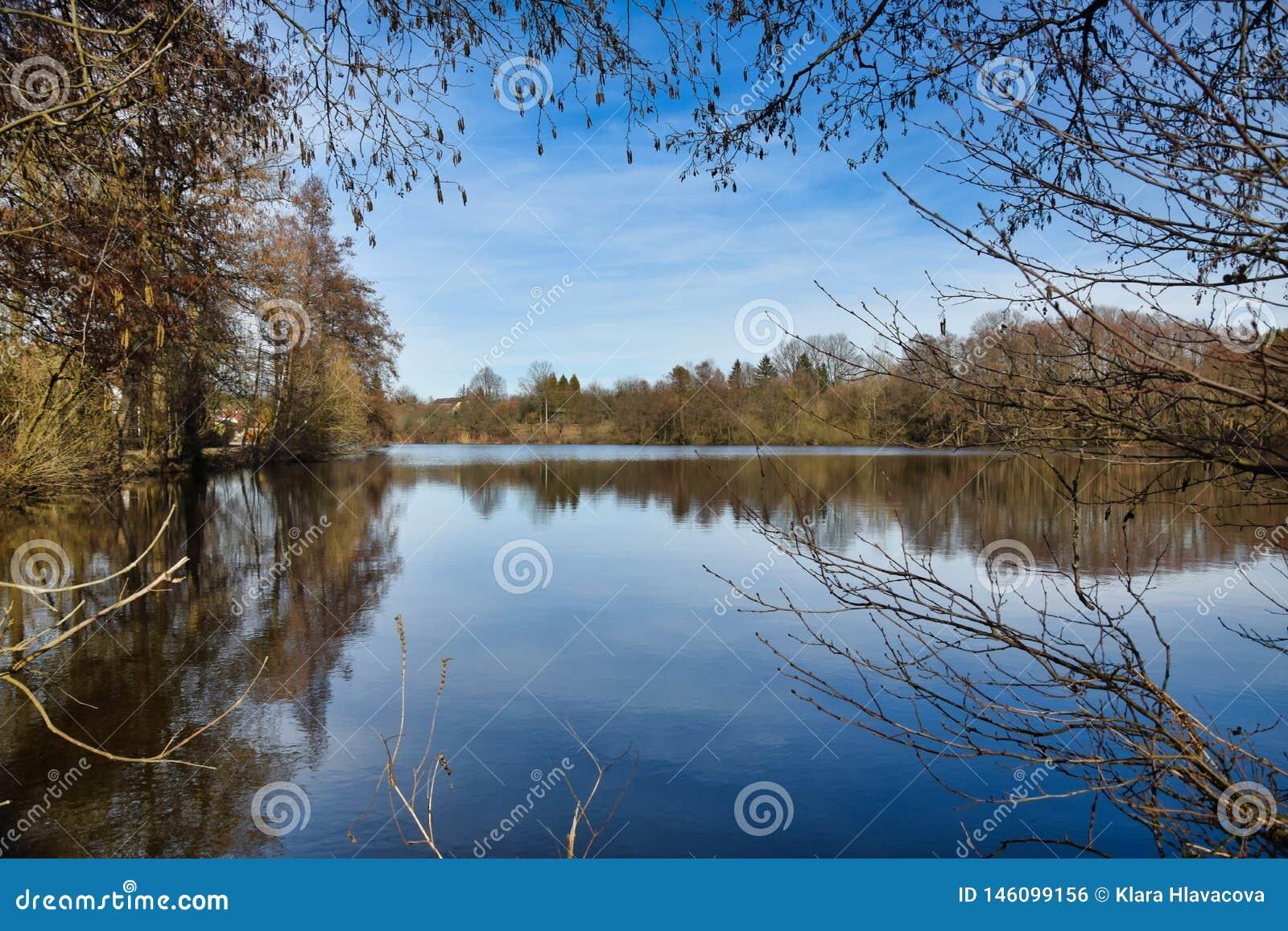 在Zlatuska池塘的看法