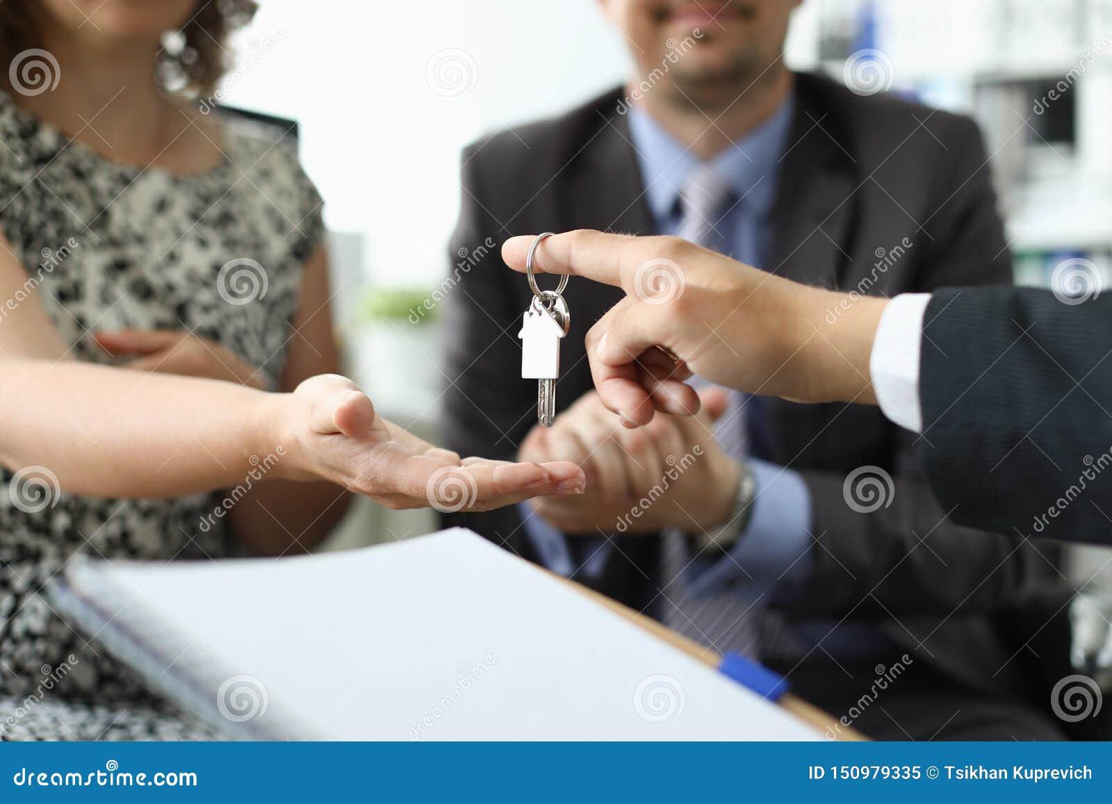 地产商举行反对办公室的房子钥匙的手
