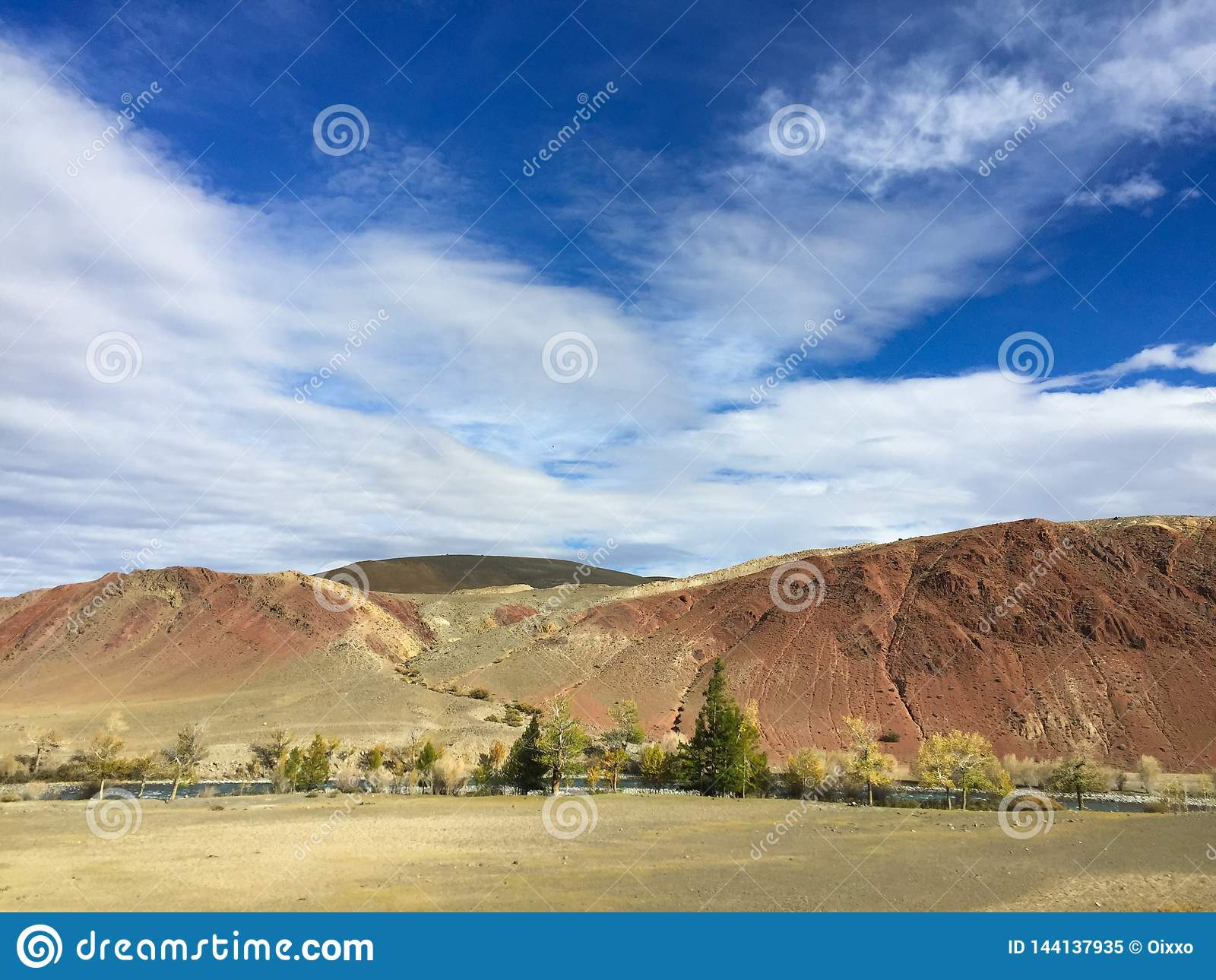 地球上的火星的风景 阿尔泰火星红色岩石山 二者择一地 俄国