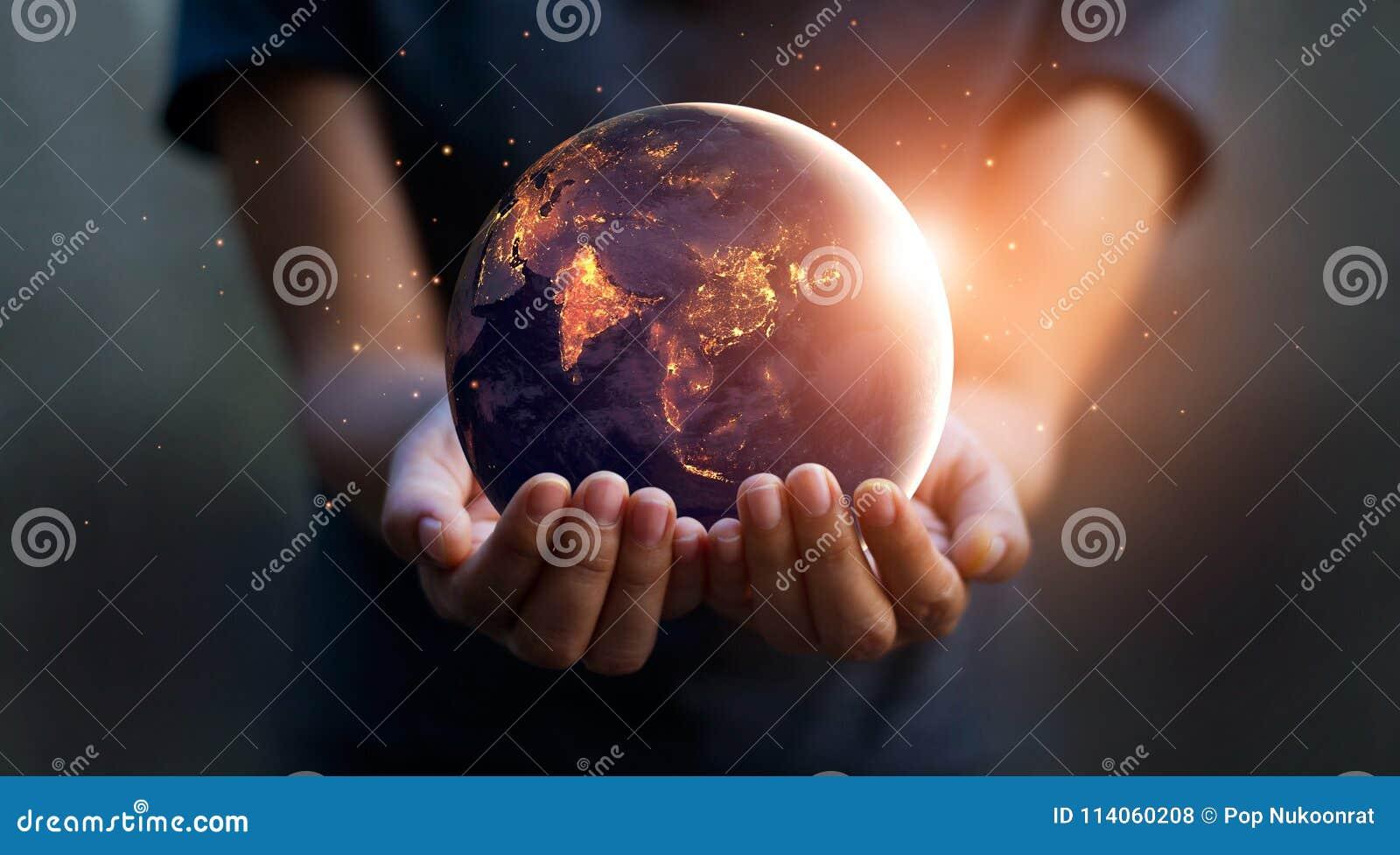 地球在晚上在人的手上举行 变褐环境叶子去去的绿色拥抱本质说明说法口号文本结构树的包括的日地球