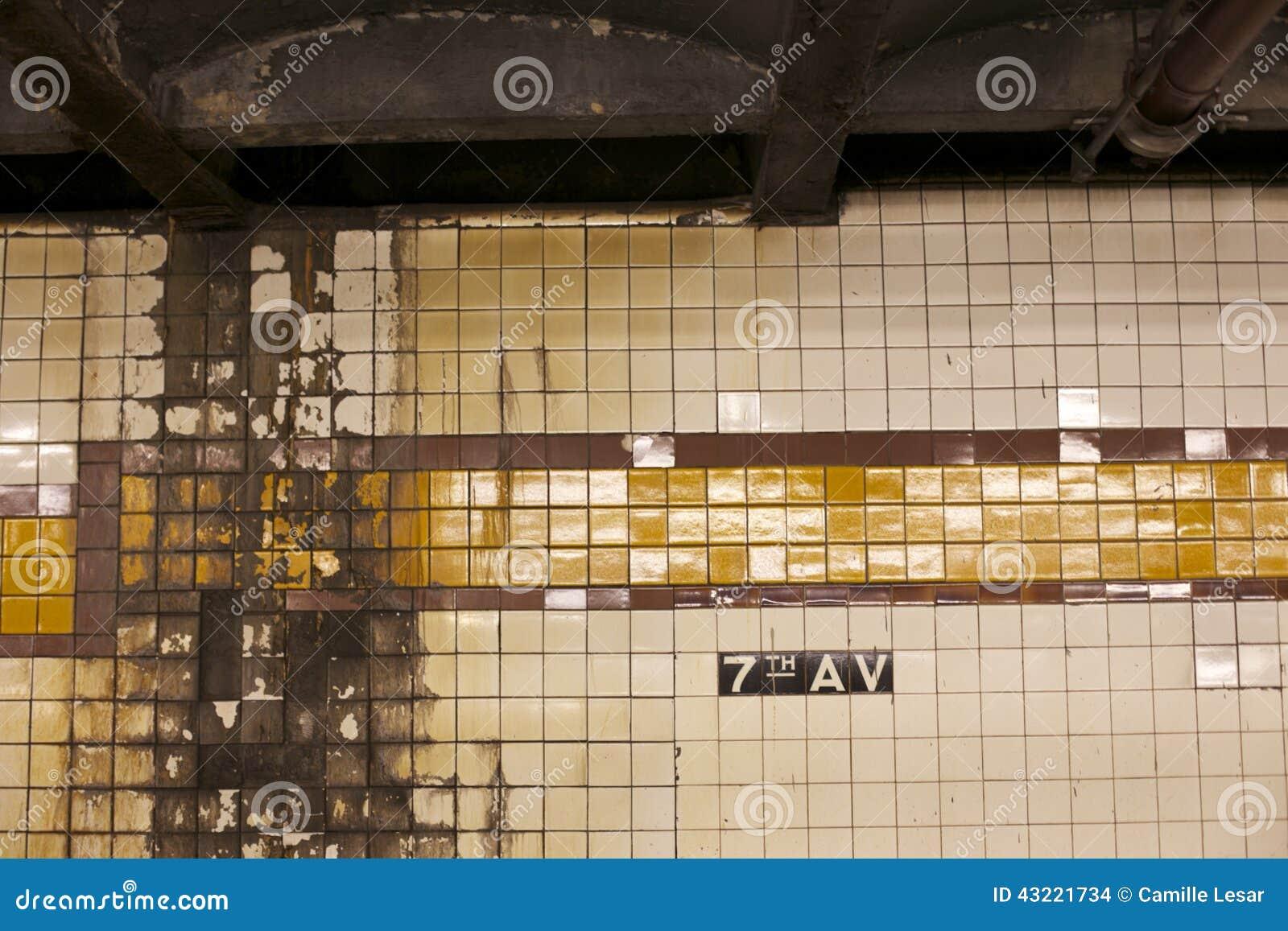 地铁系统的破旧的墙壁