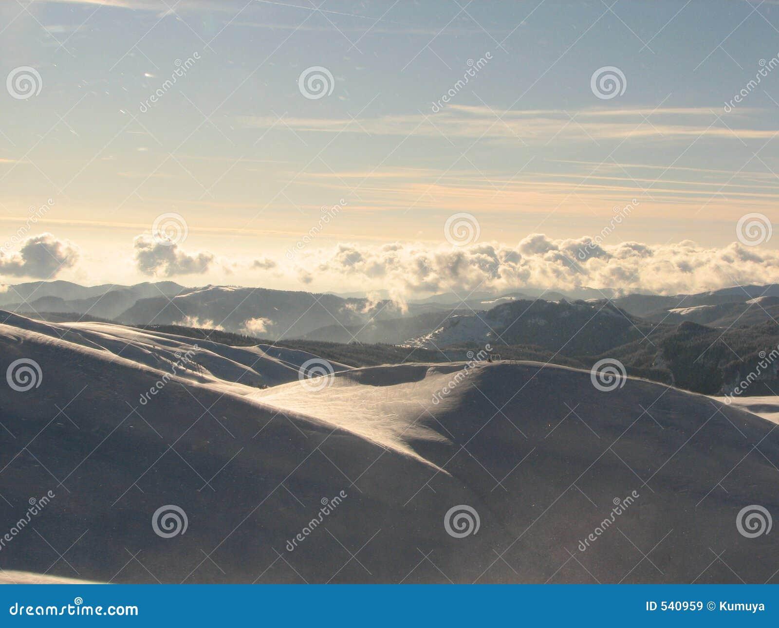 Download 地面更高 库存图片. 图片 包括有 云彩, 横向, 天空, 日落, 冬天, 组塑, 高度 - 540959