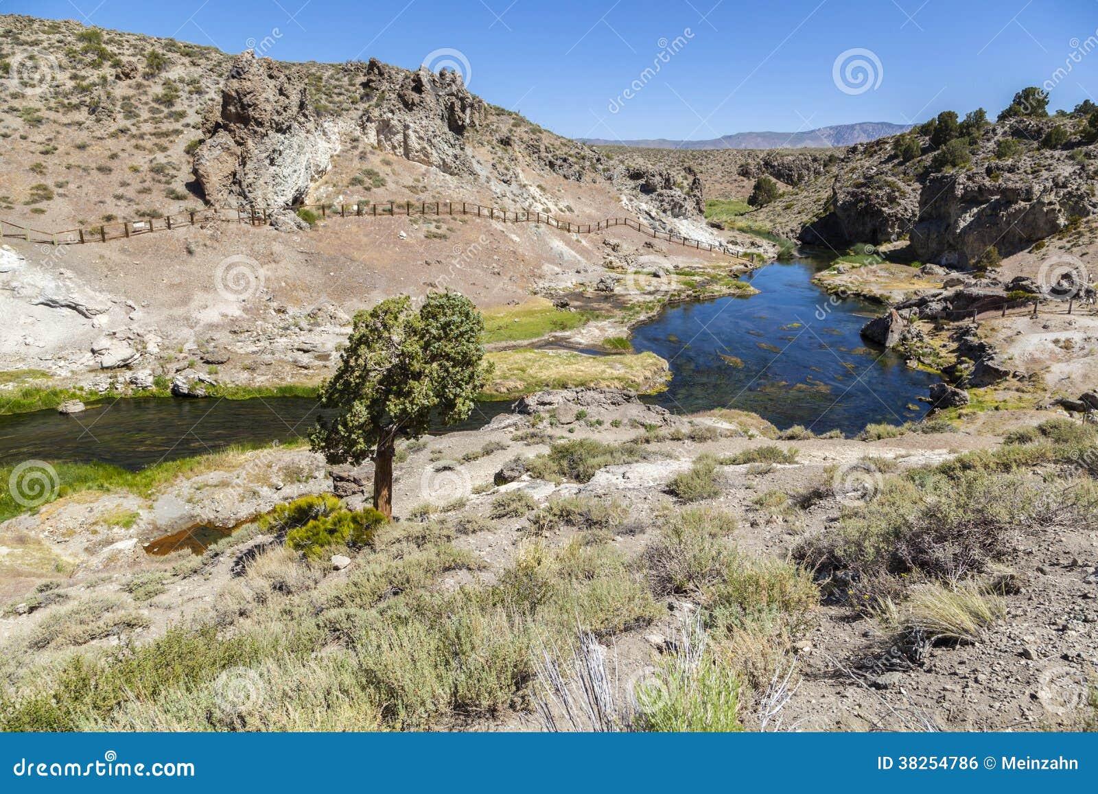 地质热的小河的温泉城