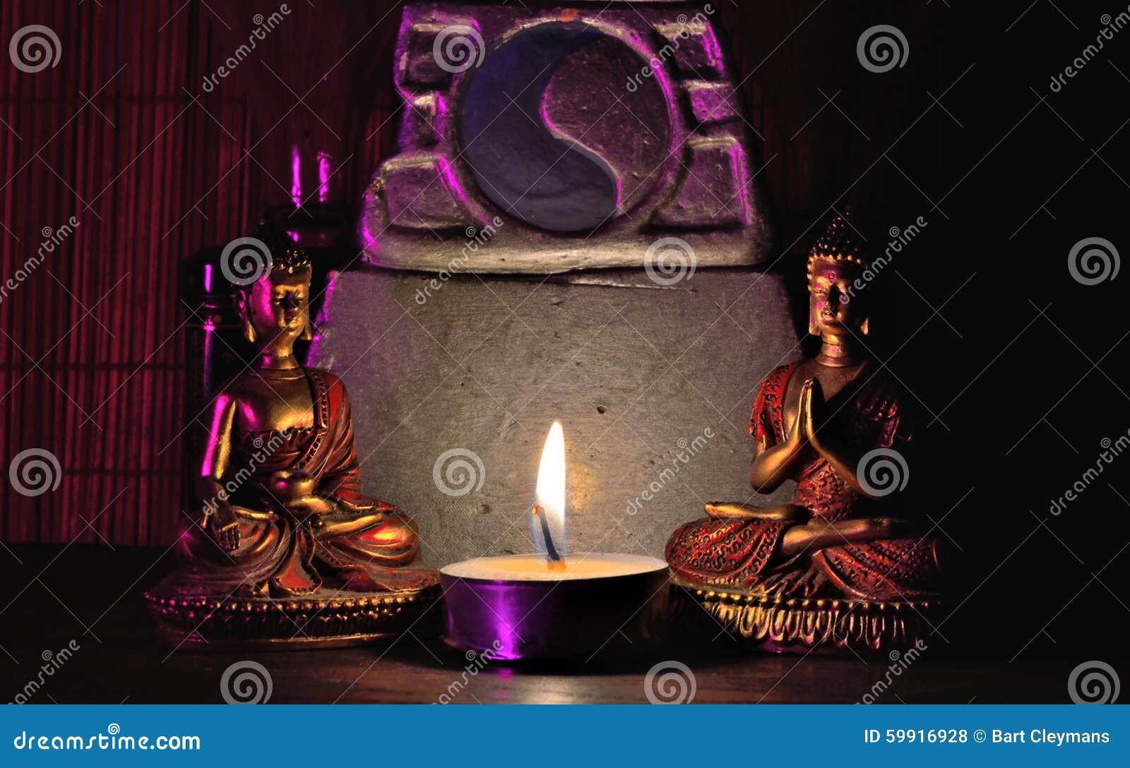 场面:两个微型菩萨雕象、微型法坛和被点燃的蜡烛,