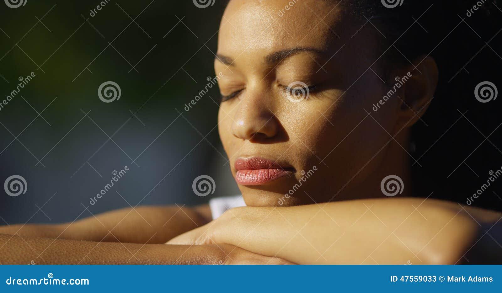 闭上�9�/9/h9�9��o^�_坐与眼睛的黑人妇女闭上.