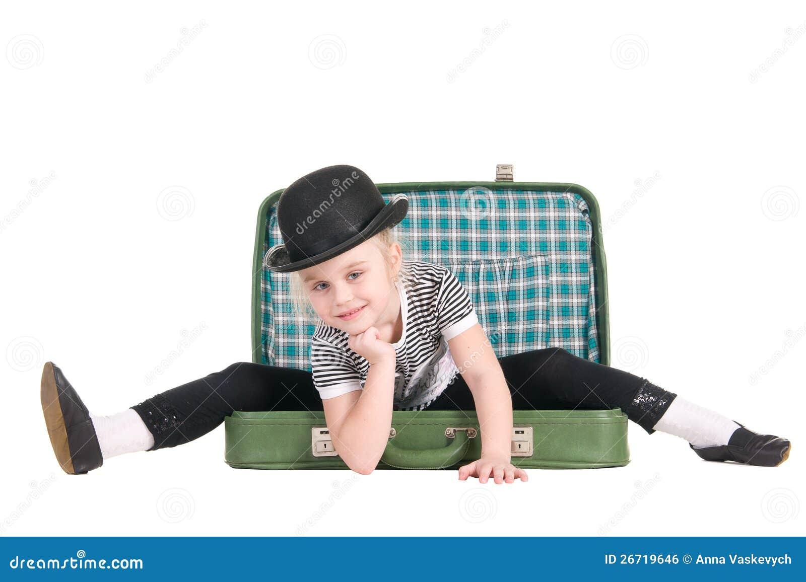 坐在一个老绿色手提箱的子项