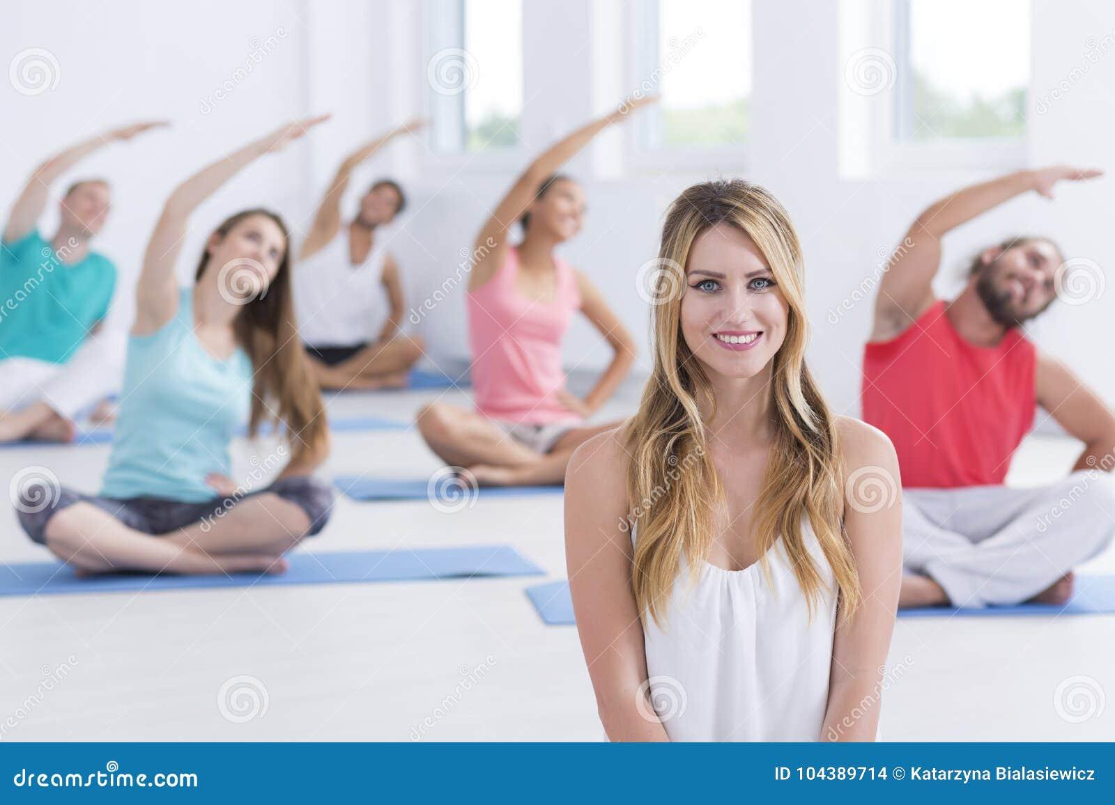 坐在前面的瑜伽辅导员