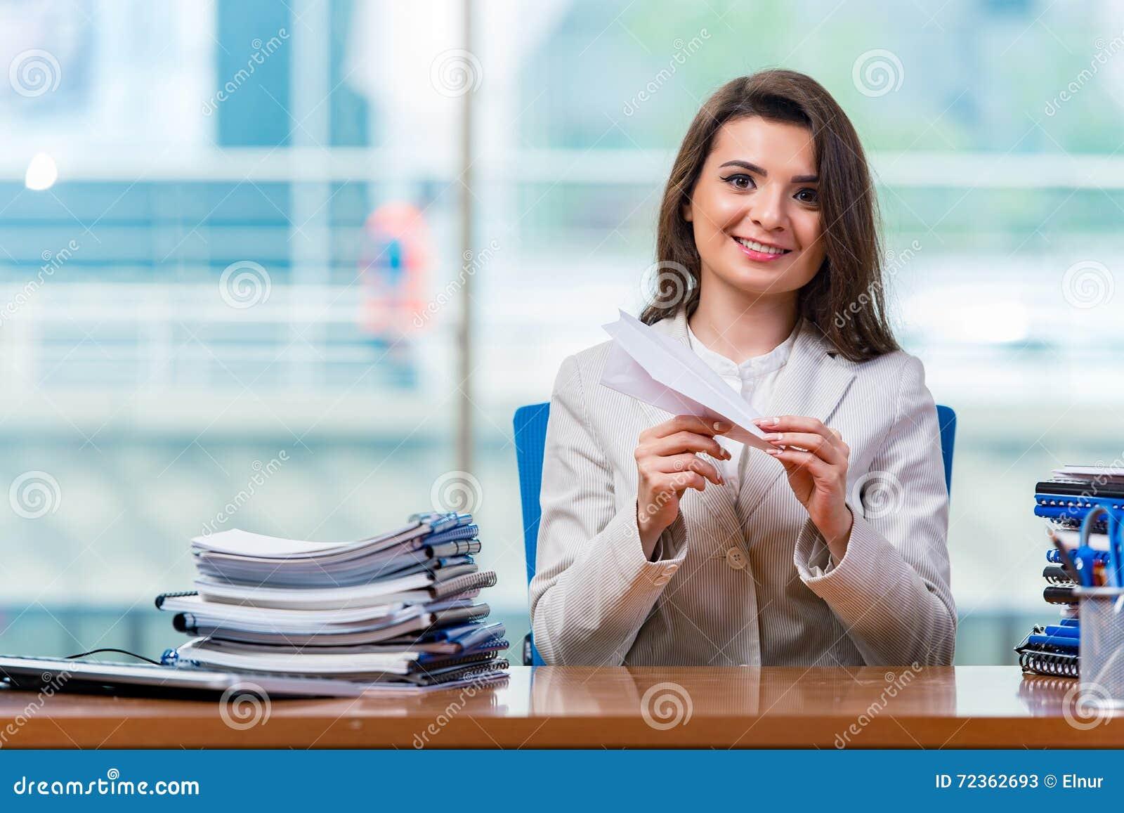 坐在办公桌的女实业家