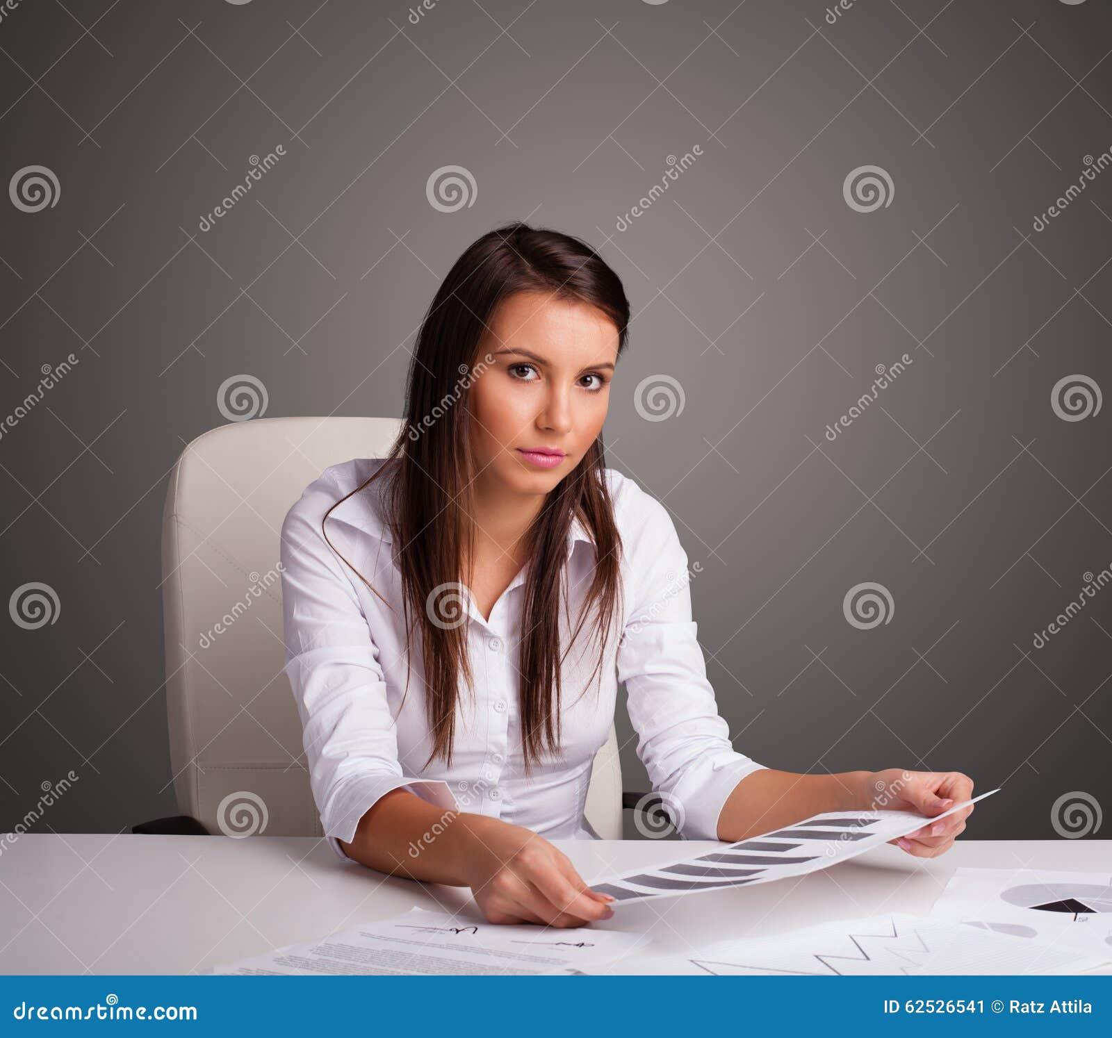 坐在服务台和执行文书工作的女实业家