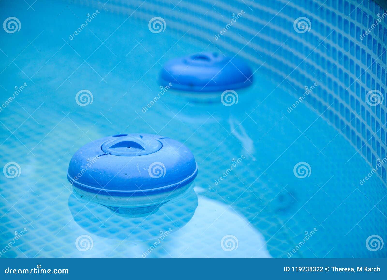 坐在水池的两台蓝色氯分配器
