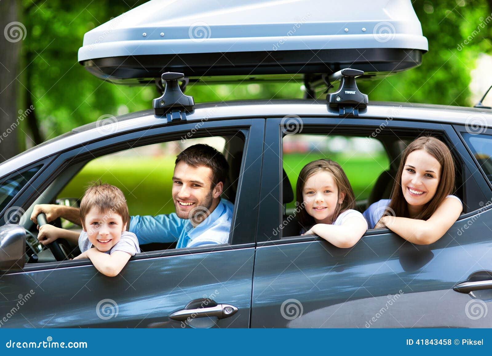 坐在汽车的家庭