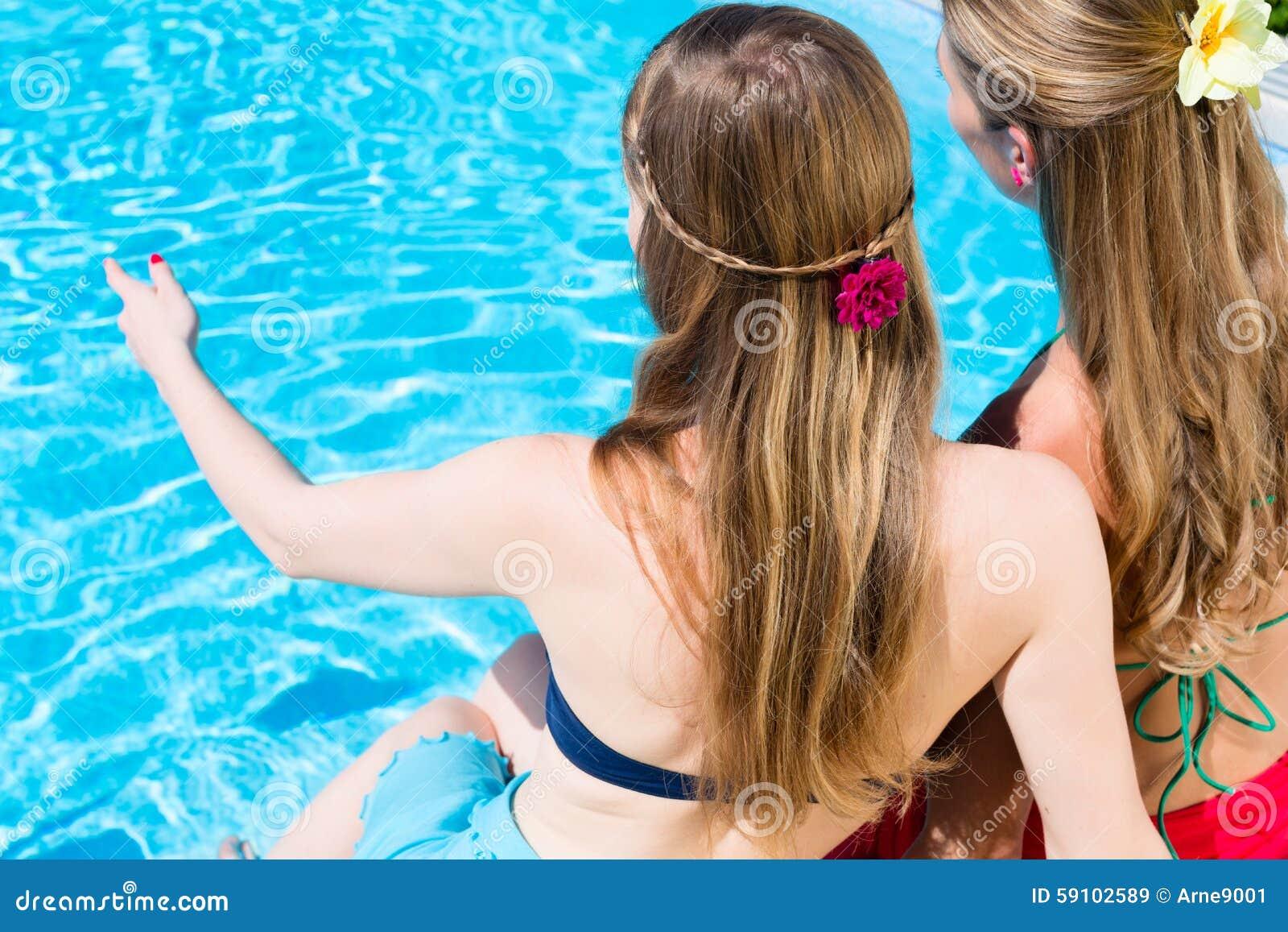 坐在游泳池的朋友